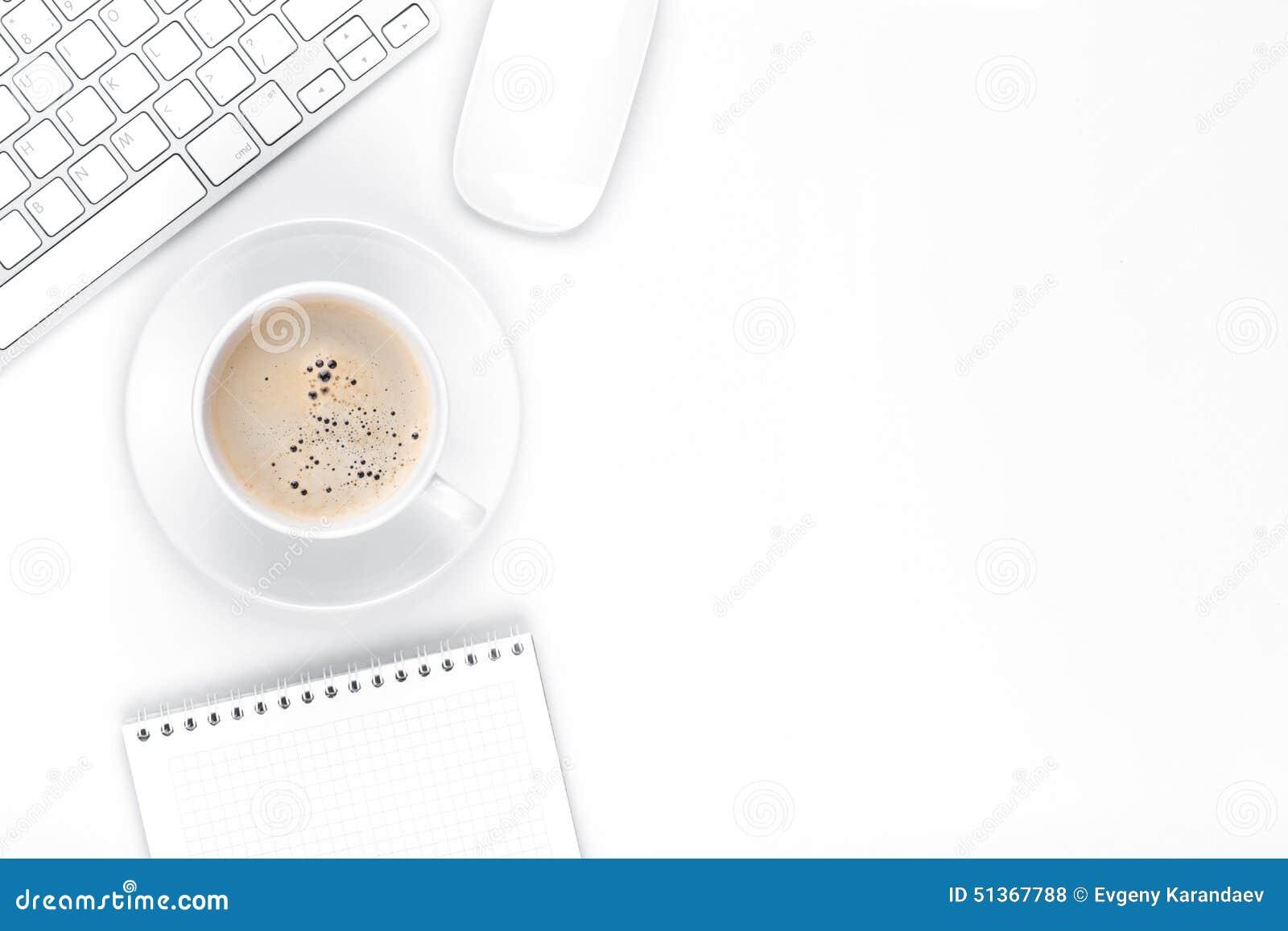 Πίνακας γραφείων γραφείων με τον υπολογιστή, τις προμήθειες και το φλυτζάνι καφέ