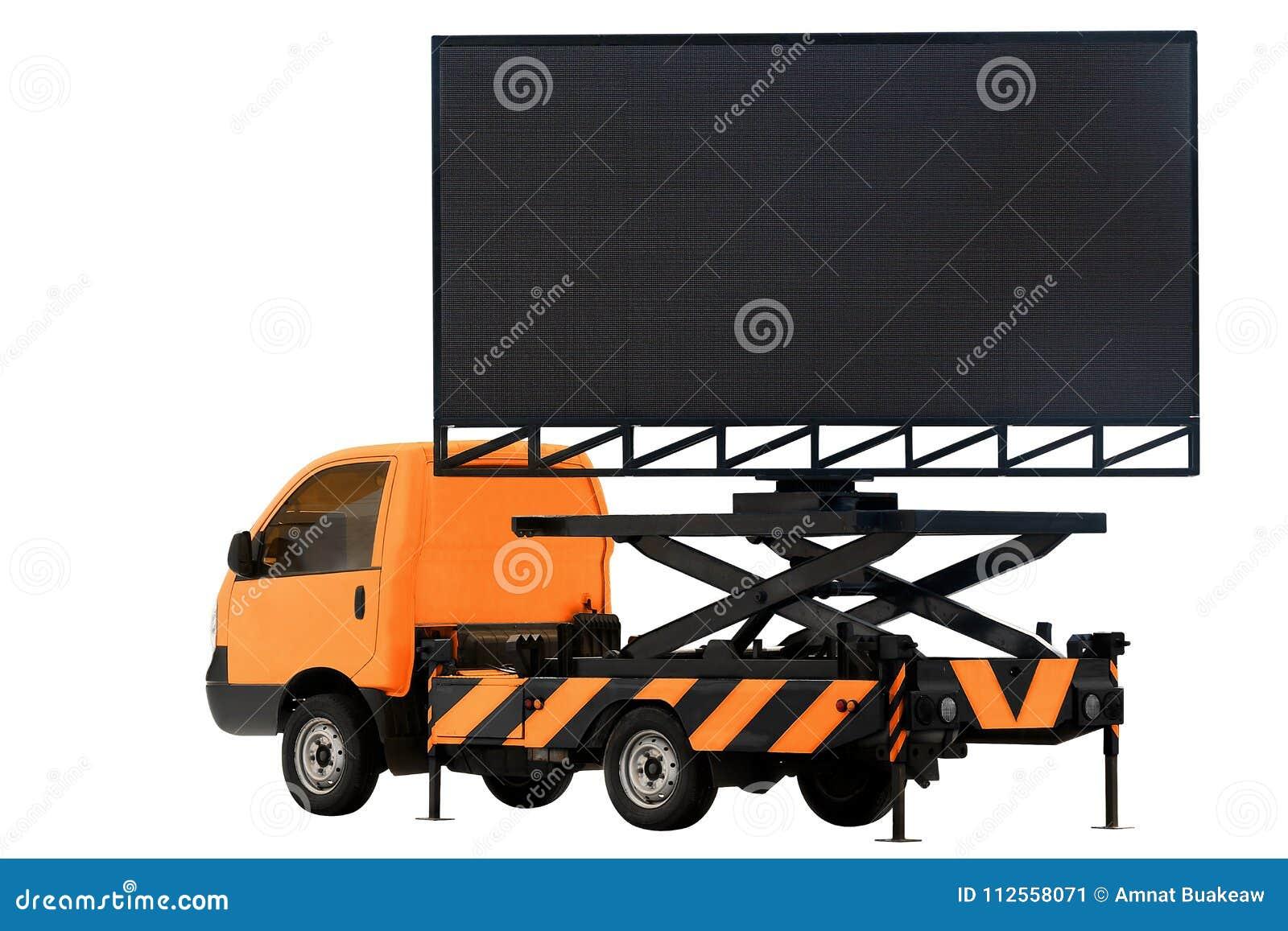Πίνακας διαφημίσεων στην επιτροπή των πορτοκαλιών οδηγήσεων χρώματος αυτοκινήτων για τη διαφήμιση σημαδιών που απομονώνεται στο λ
