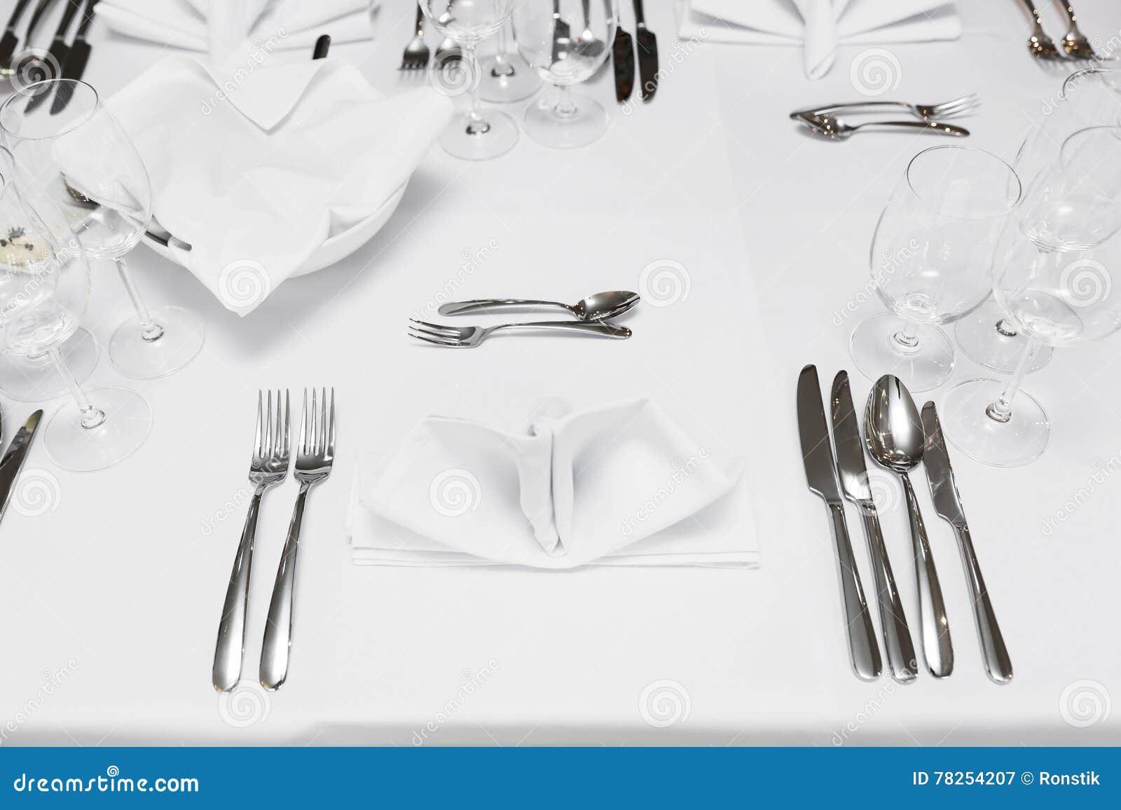 Πίνακας εστιατορίων με τα μαχαιροπήρουνα και τα γυαλιά