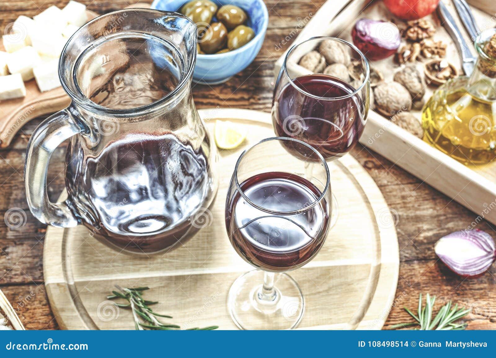 Πίνακας ορεκτικών με τα ιταλικά πρόχειρα φαγητά antipasti και κρασί στα γυαλιά Brushetta ή αυθεντικά παραδοσιακά ισπανικά tapas κ