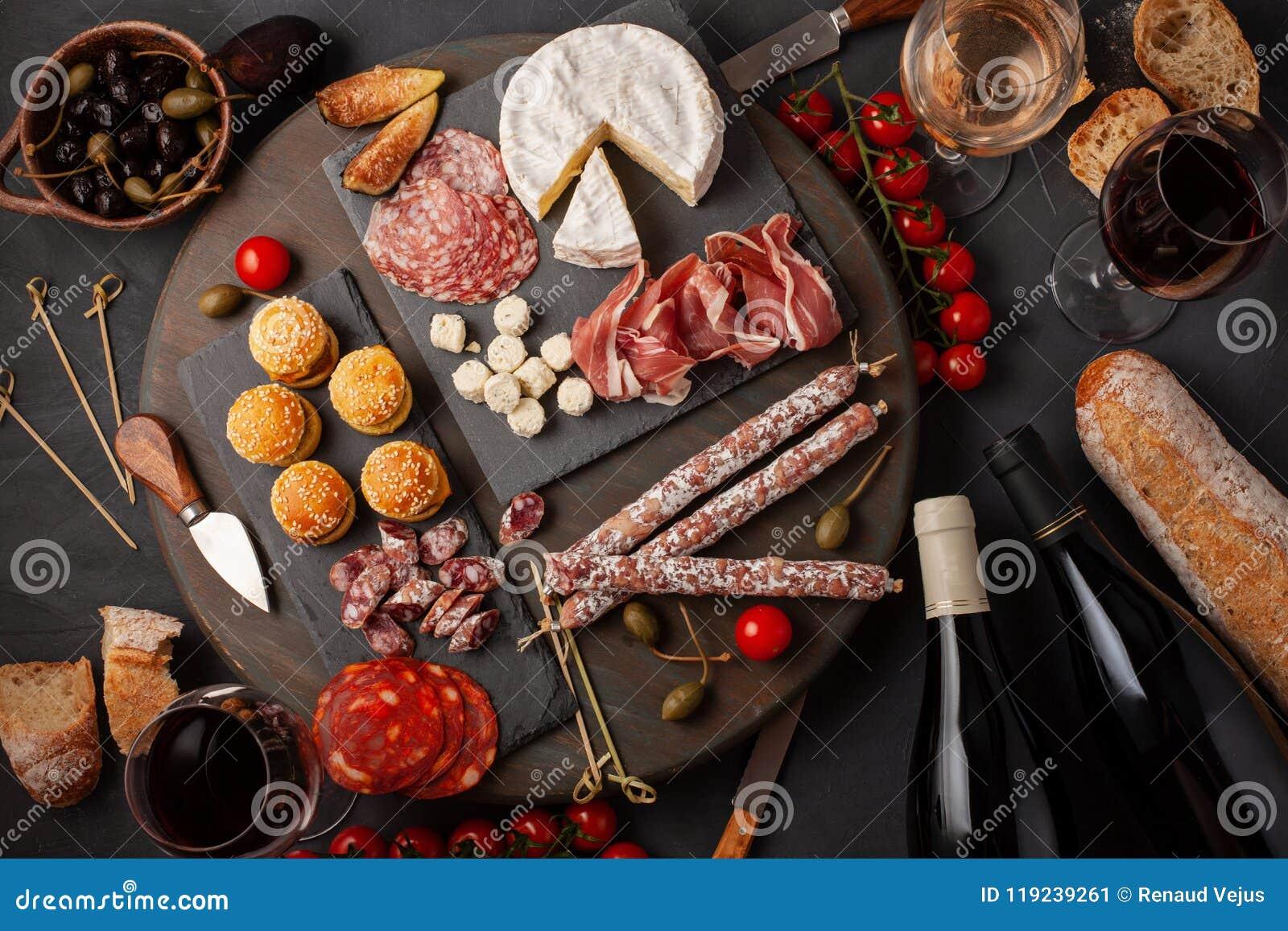 Πίνακας ορεκτικών με το antipasti, το τυρί, charcuterie, τα πρόχειρα φαγητά και το κρασί differents Μίνι burgers, λουκάνικο, ζαμπ