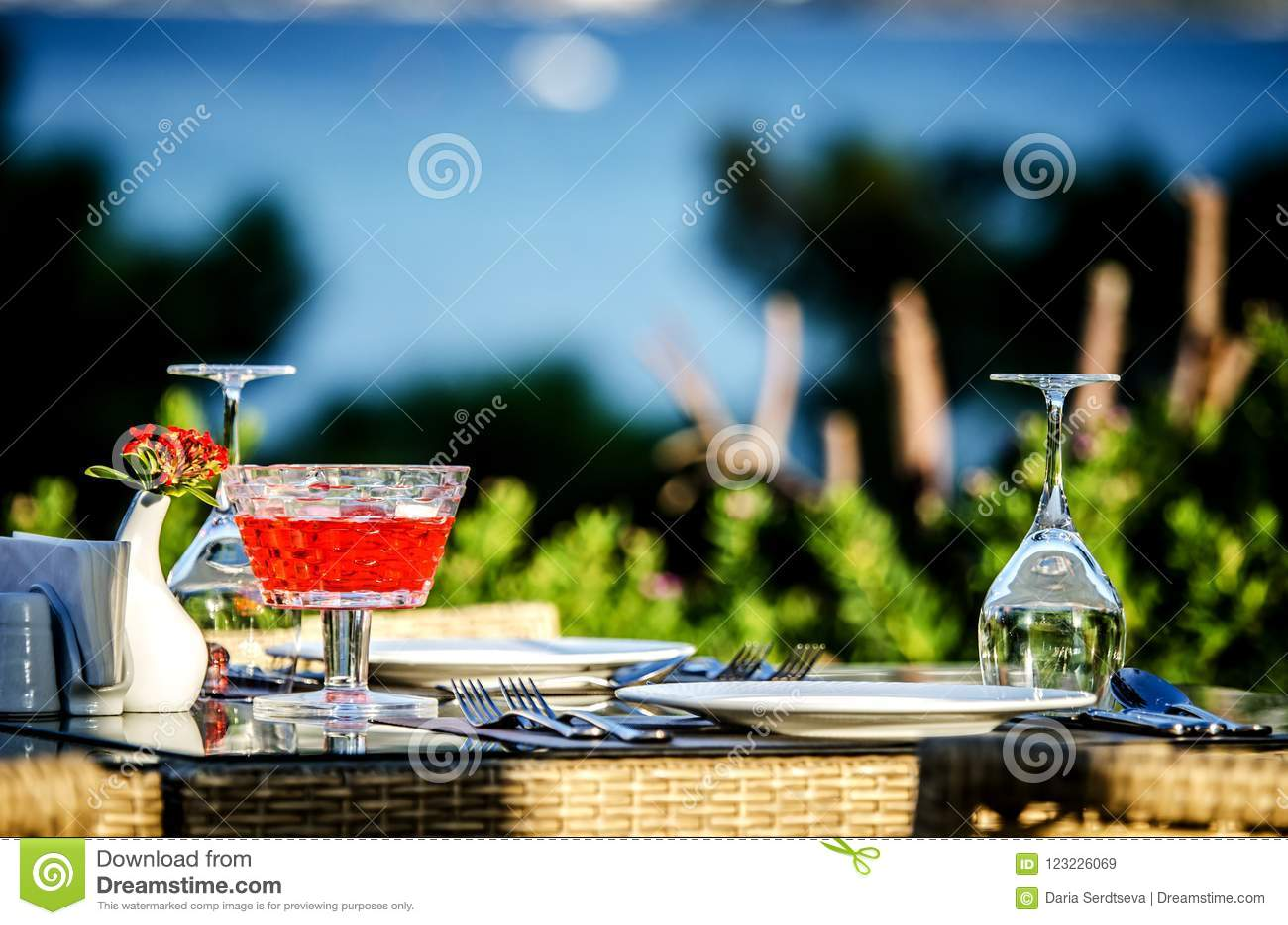 Πίνακας που θέτει πριν από το γεύμα σε ένα εστιατόριο στην παραλία
