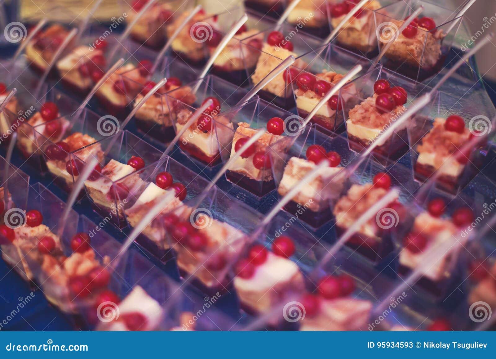 Πίνακας συμποσίου τομέα εστιάσεως με τα διαφορετικά πρόχειρα φαγητά και τα ορεκτικά τροφίμων στο εταιρικό γεγονός γιορτών γενεθλί
