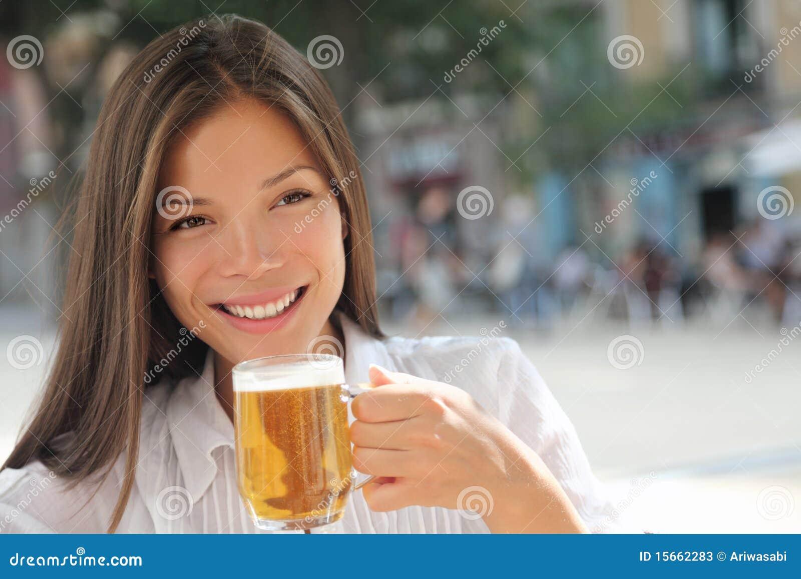 πίνοντας γυναίκα καφέδων μ&