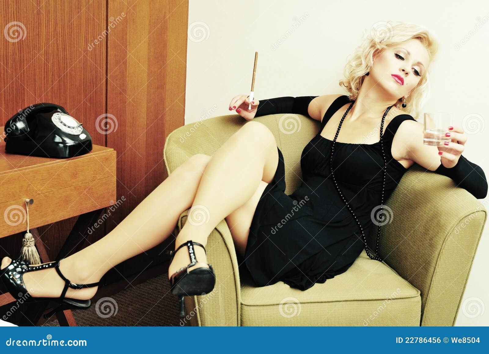 πίνοντας προκλητικές καπνίζοντας στοχαστικές νεολαίες γυναικών