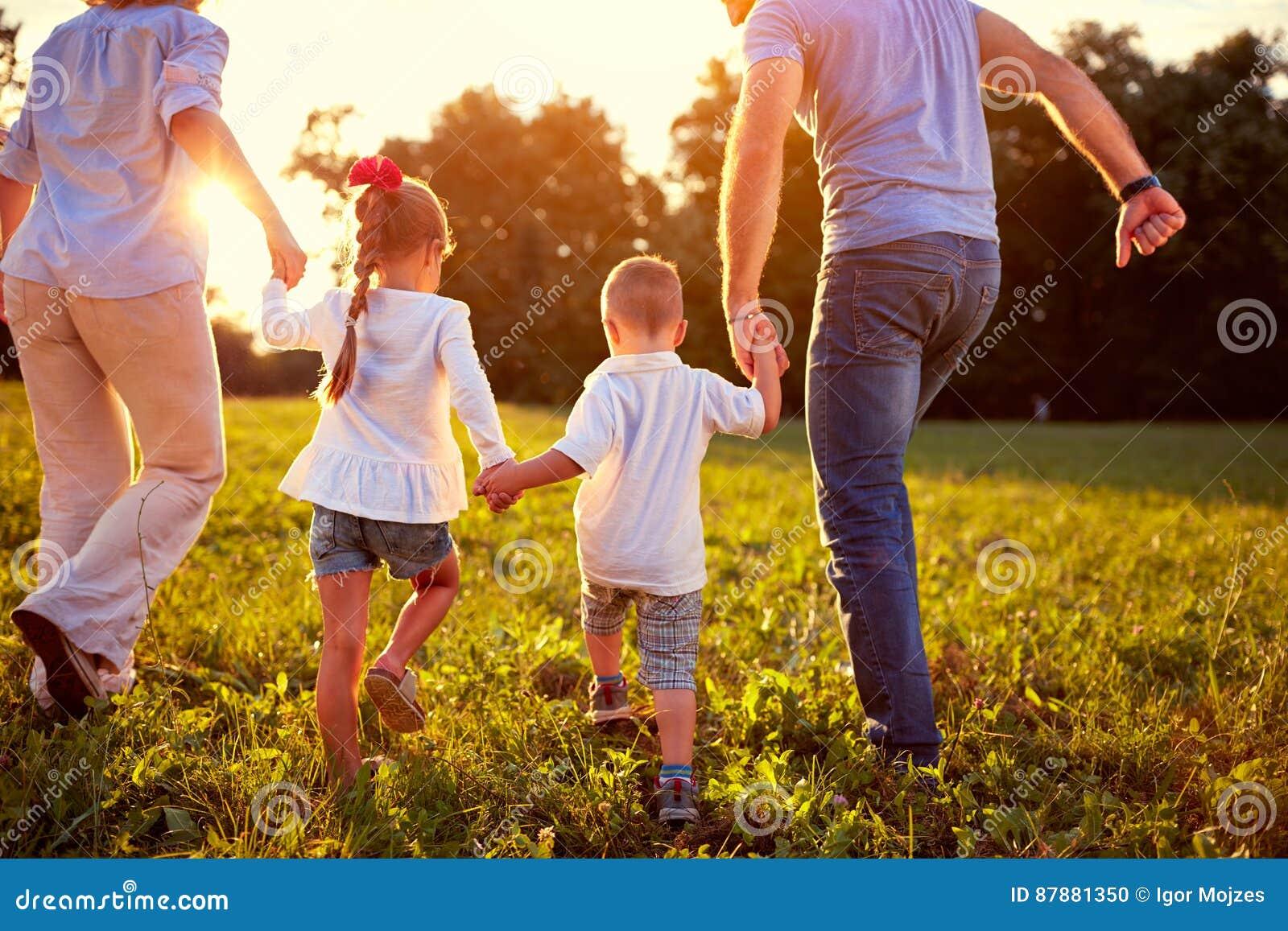 Πίσω άποψη της οικογένειας με τα παιδιά από κοινού