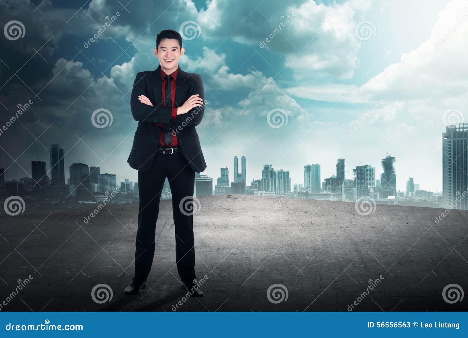 Download Πίσω άποψη του επιτυχούς επιχειρησιακού ατόμου στη στέγη Στοκ Εικόνα - εικόνα από σύννεφο, νέος: 56556563