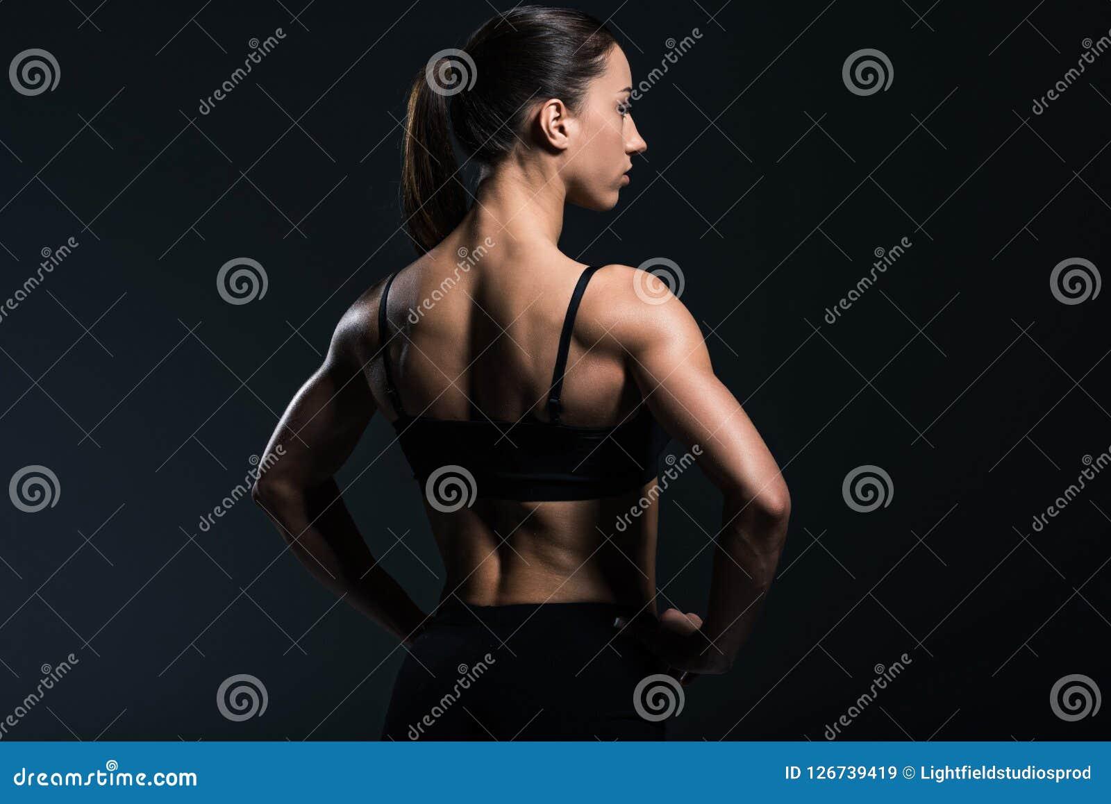 πίσω άποψη του όμορφου bodybuilder με το μυϊκό σώμα sportswear