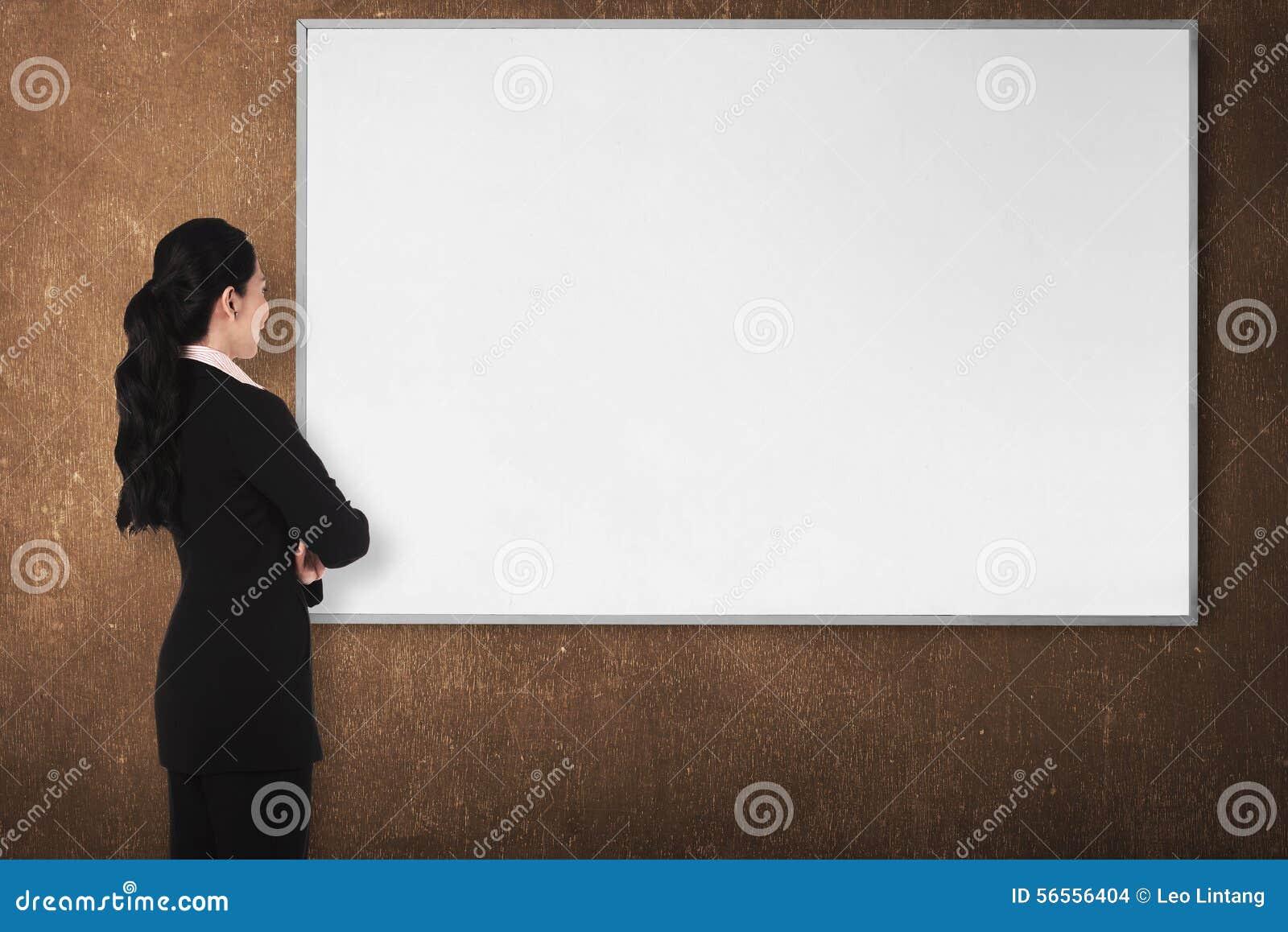 Download Πίσω νέα γυναίκα άποψης με το λευκό πίνακα Στοκ Εικόνες - εικόνα από ήπια, γραφείο: 56556404