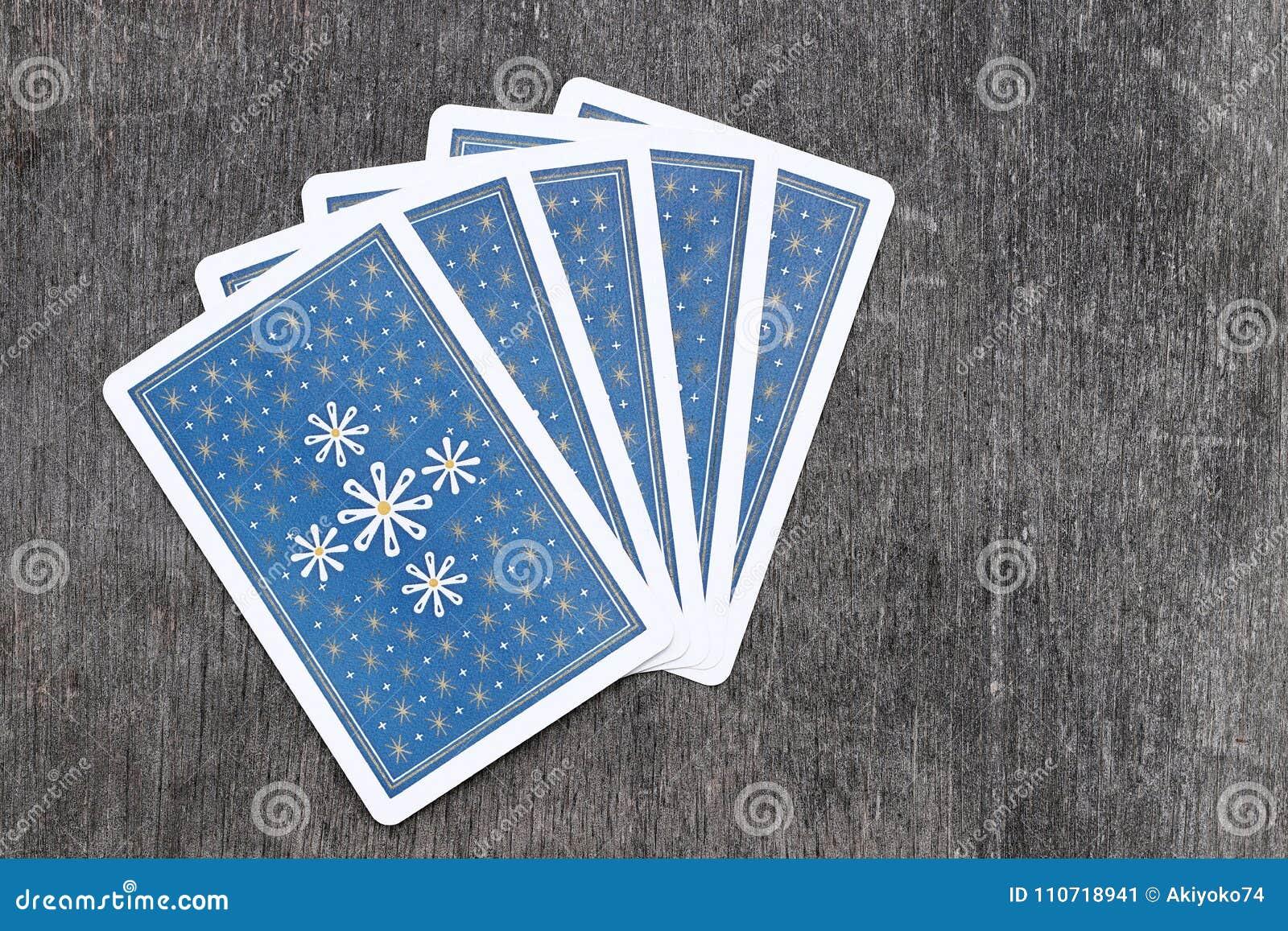 Πίσω πλευρά καλών χαρτιών στο βρώμικο πίνακα