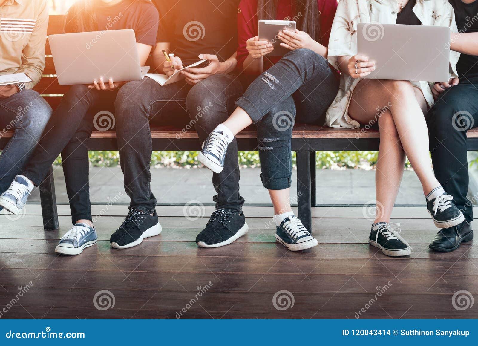 Πίσω στην πανεπιστημιακή έννοια κολλεγίων γνώσης σχολικής εκπαίδευσης, νέοι που είναι χρησιμοποιημένη υπολογιστής και ταμπλέτα, ε