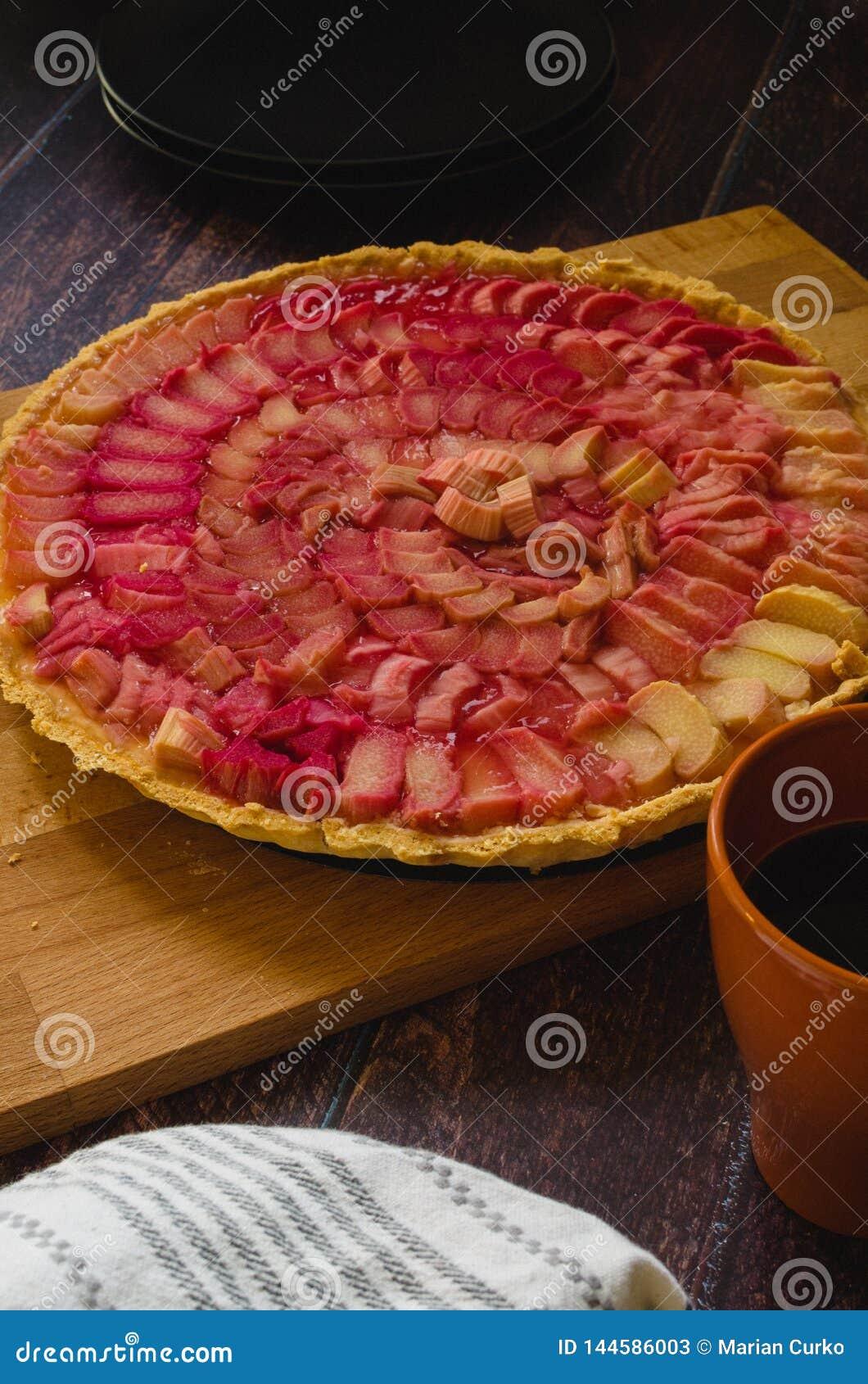 Πίτα κρέμας πιπεροριζών ρεβεντιού στον ξύλινο πίνακα