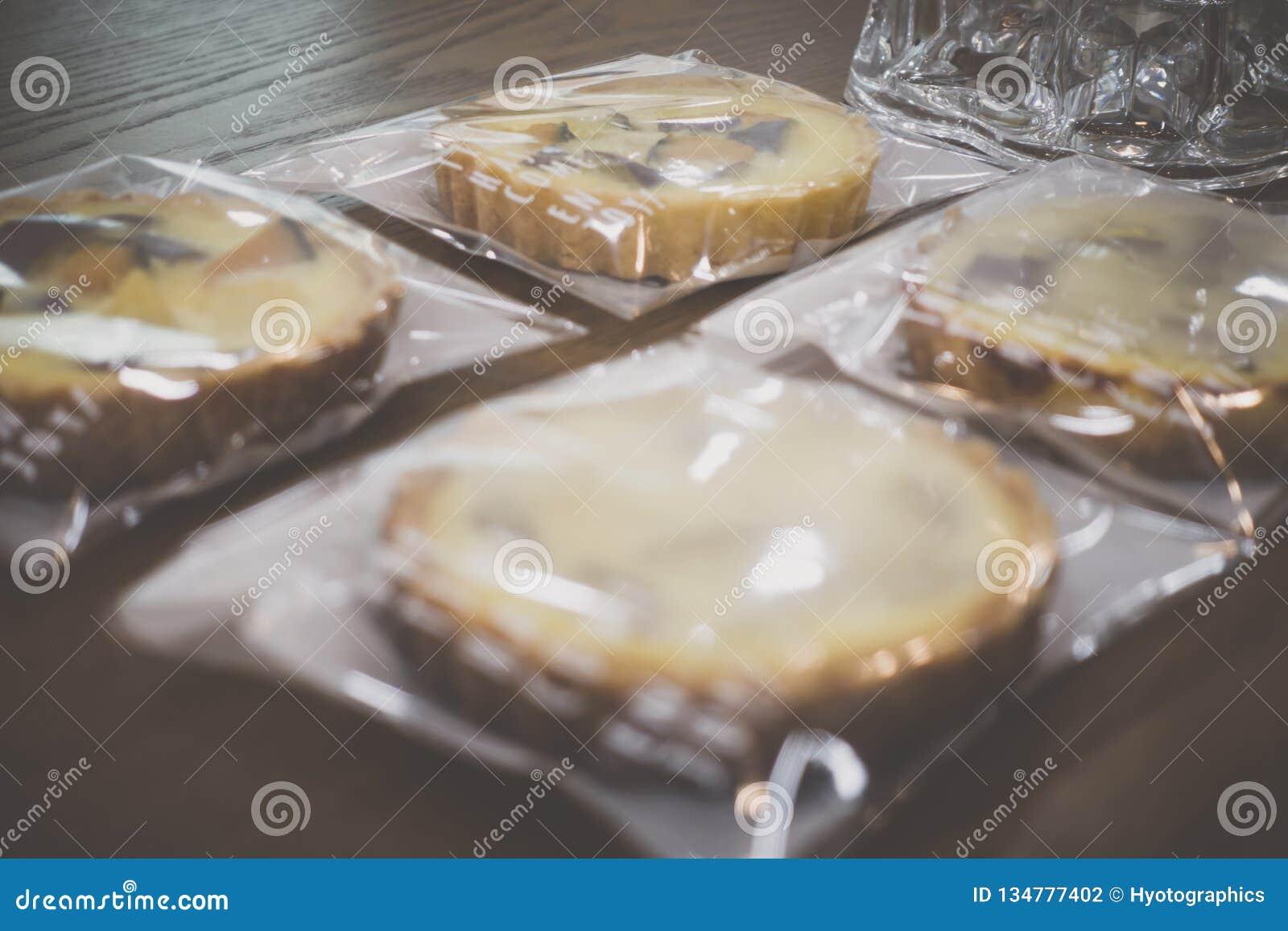 Πίτες τυλιγμένης γλυκιάς κολοκύθας και γλυκών πατατών στον ξύλινο πίνακα