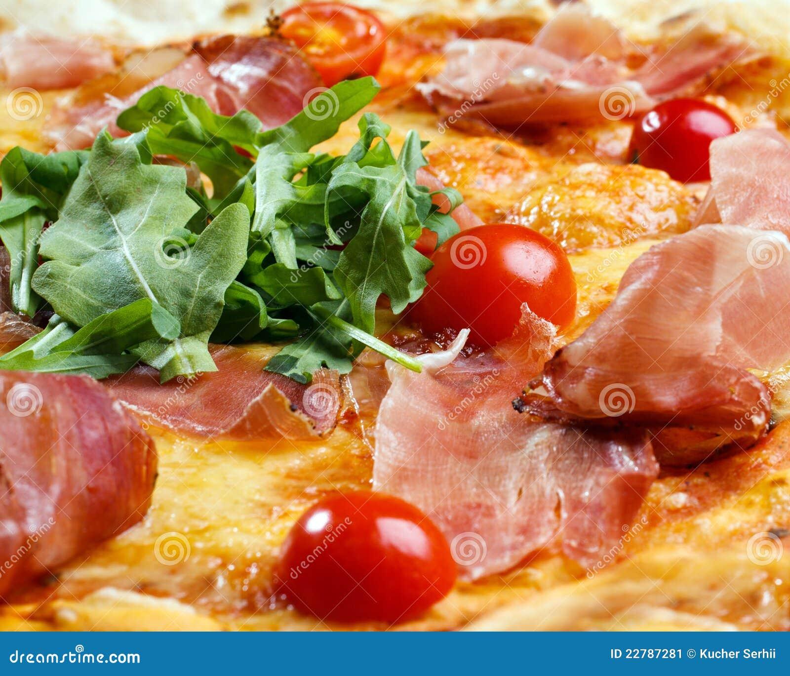 Πίτσα με το ζαμπόν, τις ντομάτες και τα πράσινα