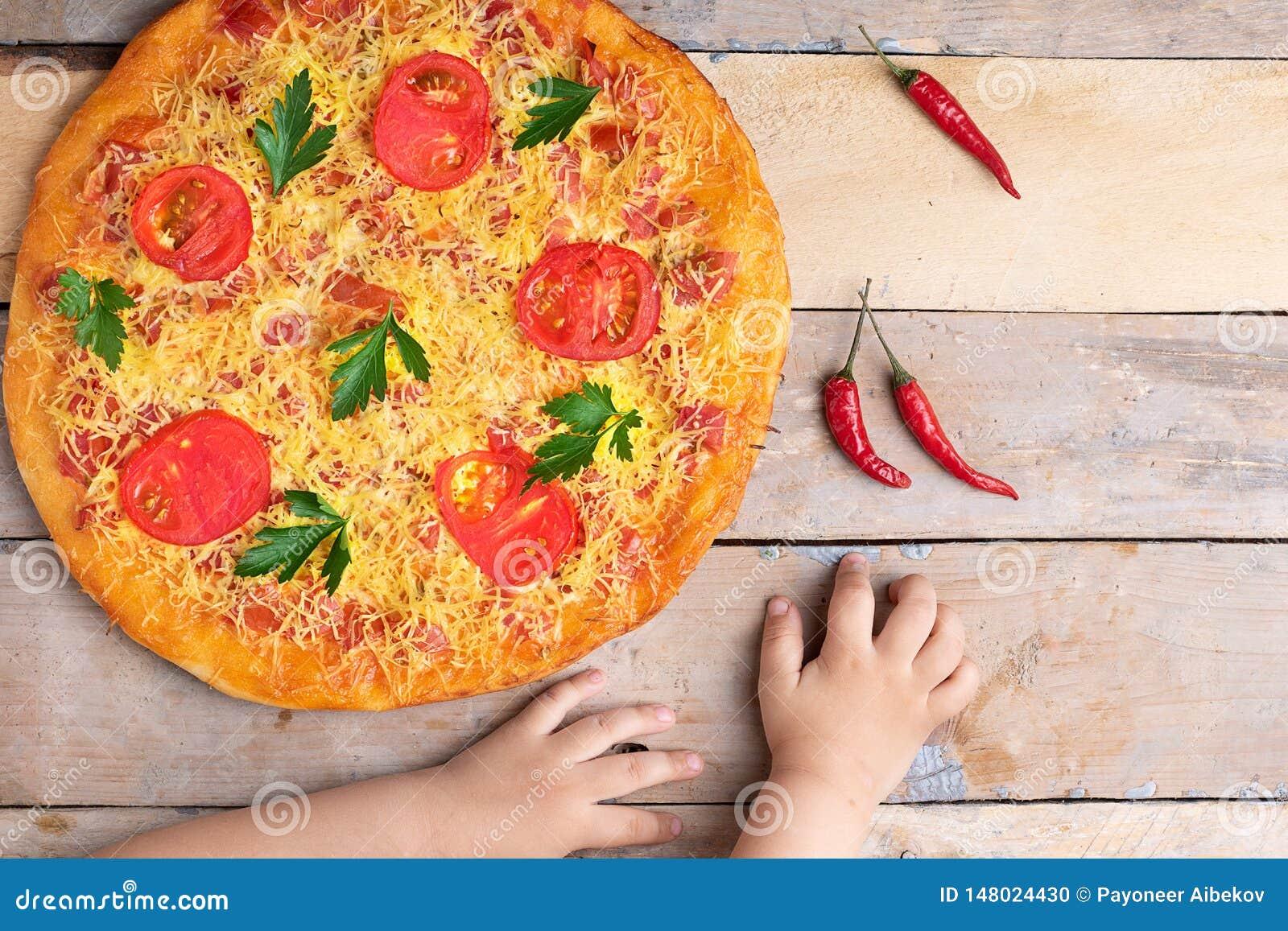 Πίτσα της Μαργαρίτα Vegan με το τυρί και ντομάτες σε ετοιμότητα τον ξύλινο πίνακα, παιδιών, τη τοπ άποψη και τη θέση για το κείμε