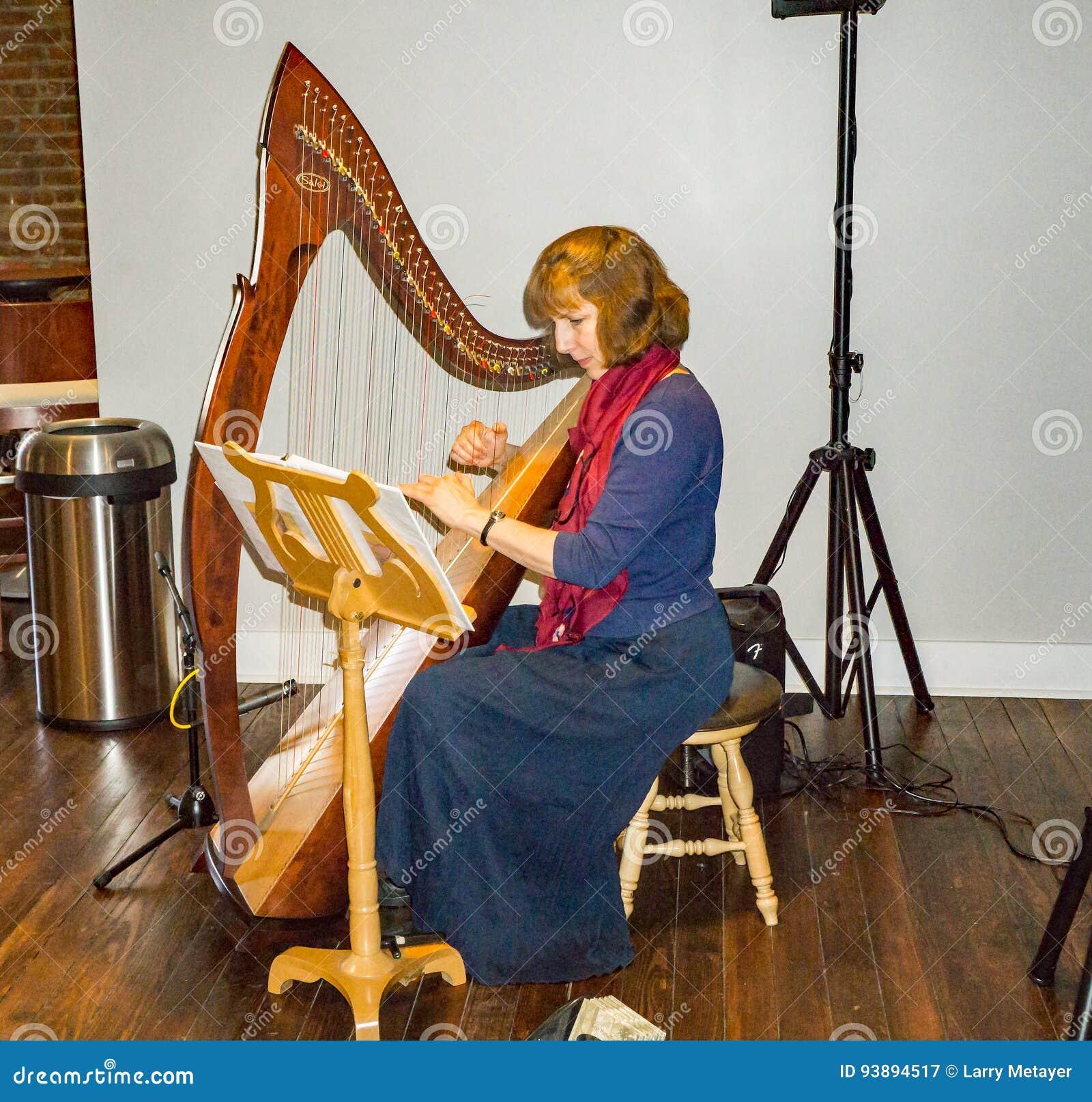 παίζοντας γυναίκα αρπών