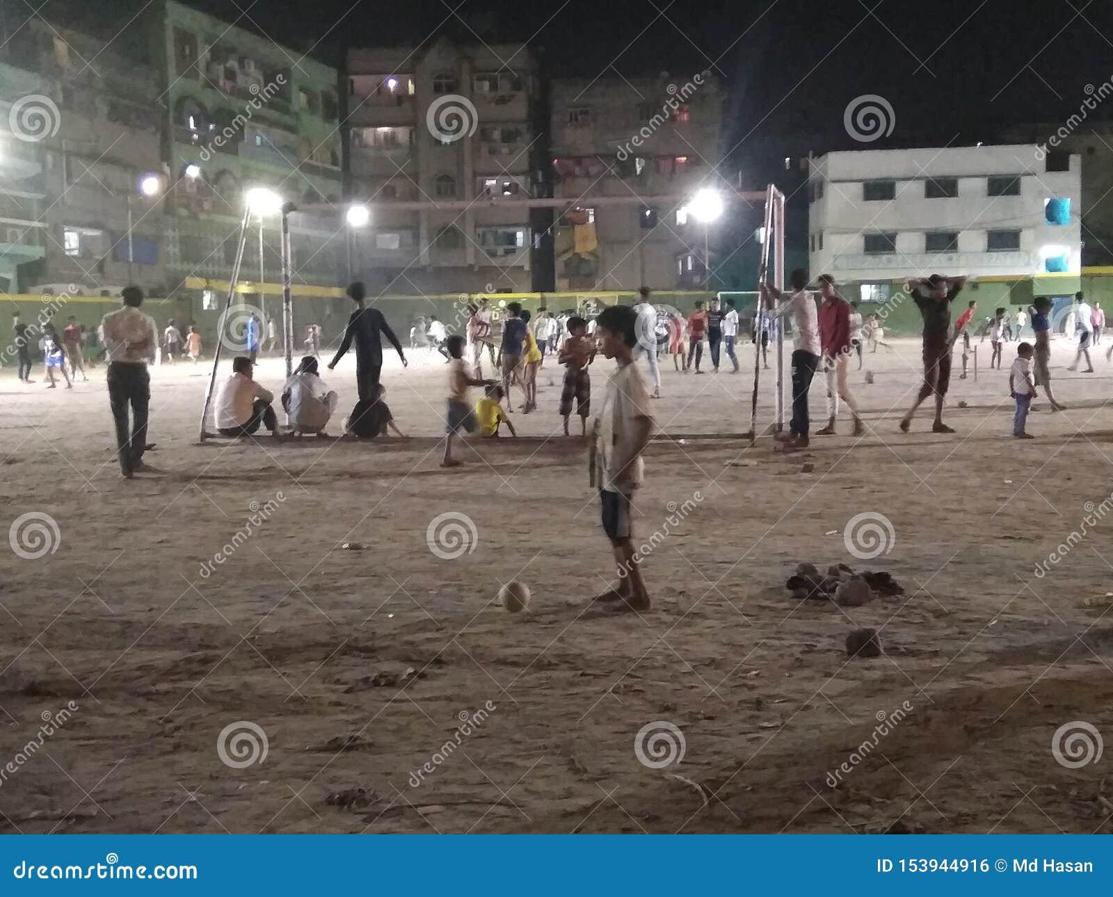 παίζοντας παιδιά στο πάρκο στη νύχτα στην Καλκούτα Ινδία