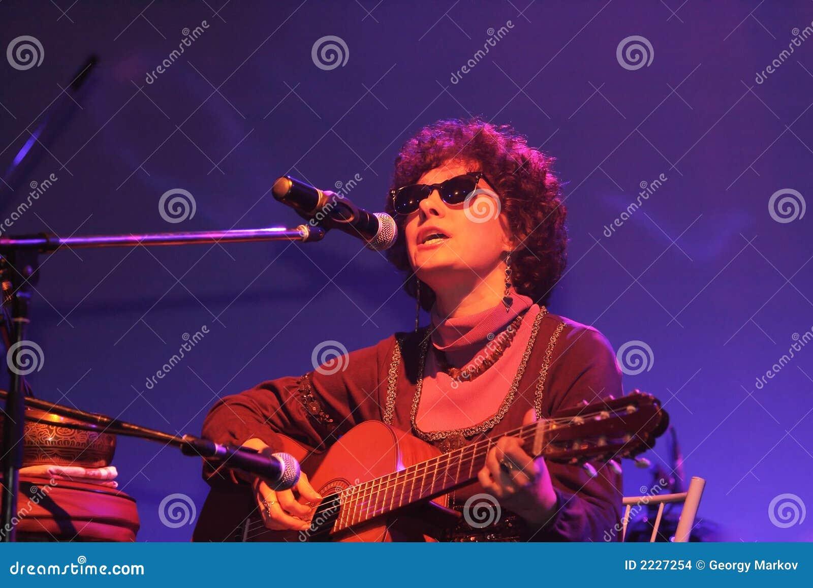 παίζοντας τραγούδι κιθάρων