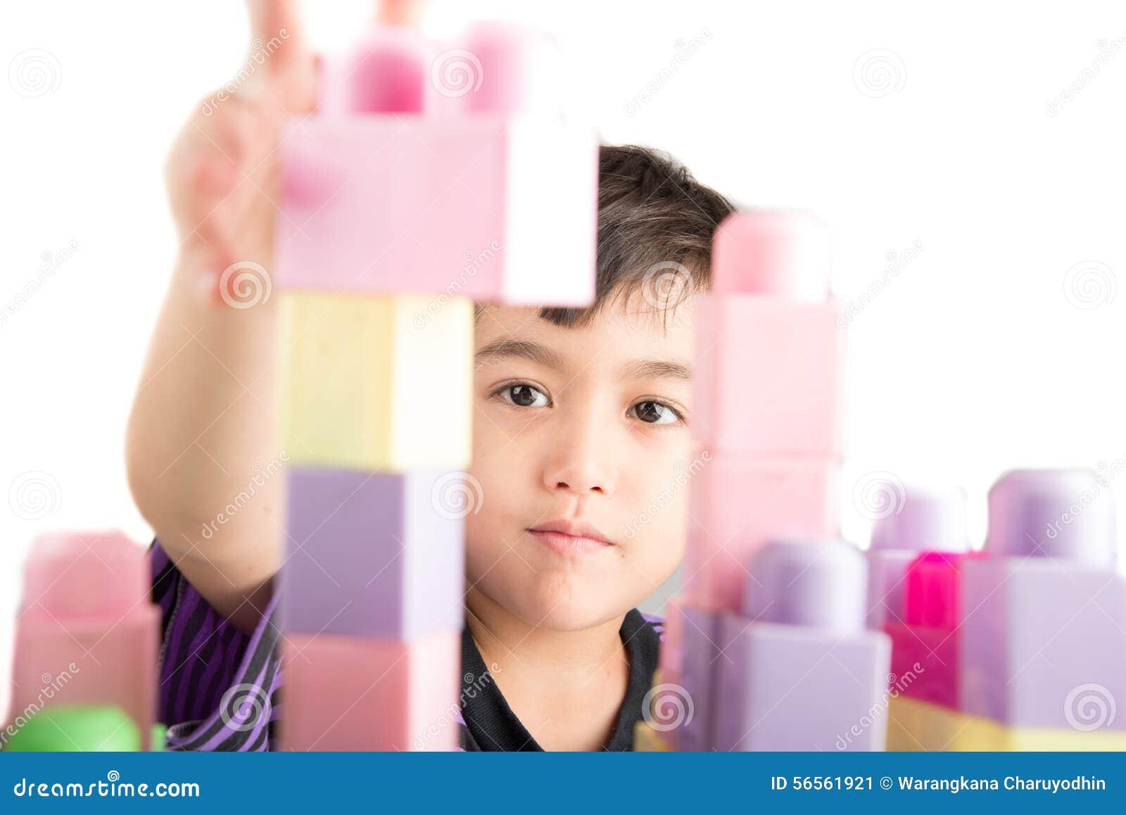 Download Παίζοντας φραγμοί μικρών παιδιών στο σπίτι Στοκ Εικόνα - εικόνα από εκπαίδευση, ξανθό: 56561921