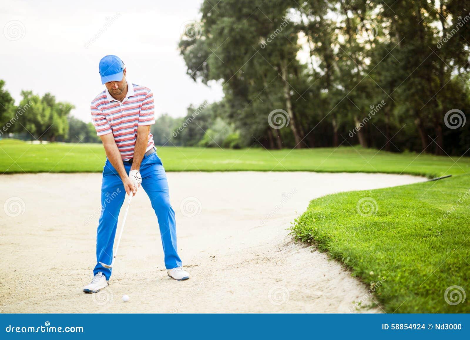 Παίκτης γκολφ που παίρνει έναν πυροβολισμό αποθηκών