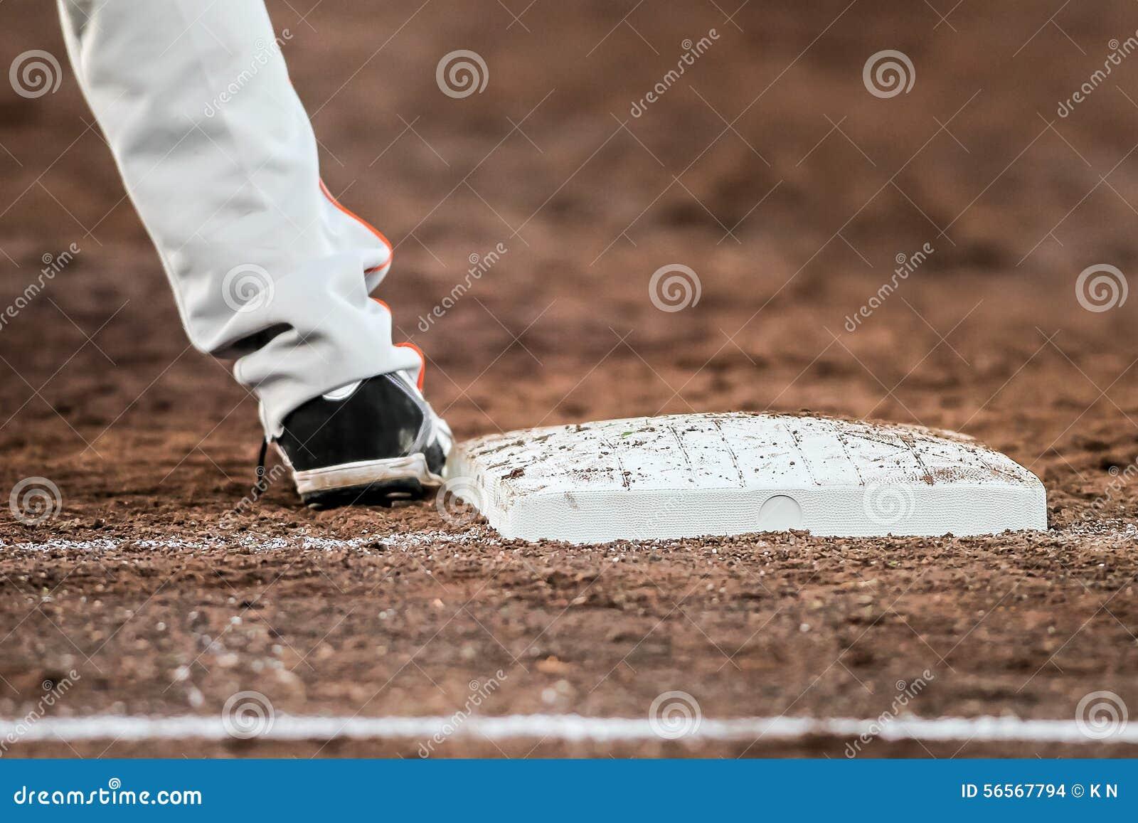 Download Παίχτης του μπέιζμπολ με είναι πόδια σχετικά με το πιάτο βάσεων Στοκ Εικόνες - εικόνα από infield, αθλητισμού: 56567794