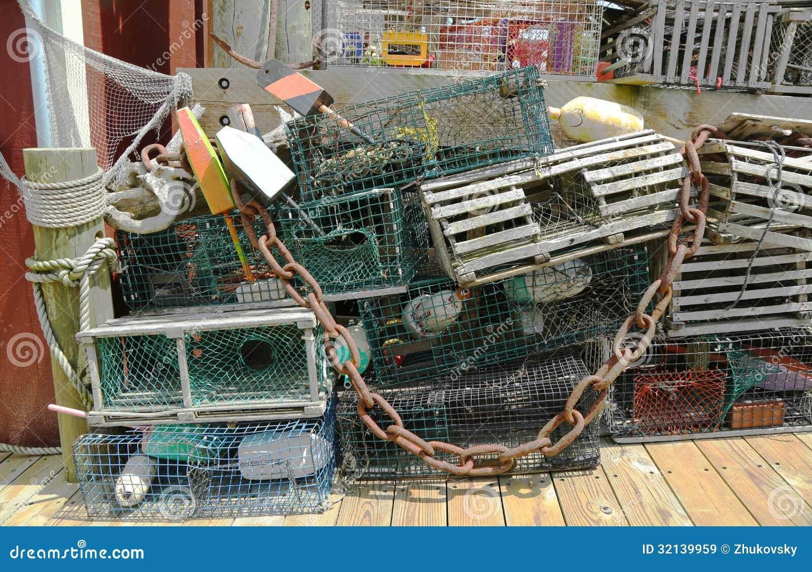 Παγίδες αστακών και σημαντήρες αστακών στην αποβάθρα στο λιμάνι φραγμών, Μαίην