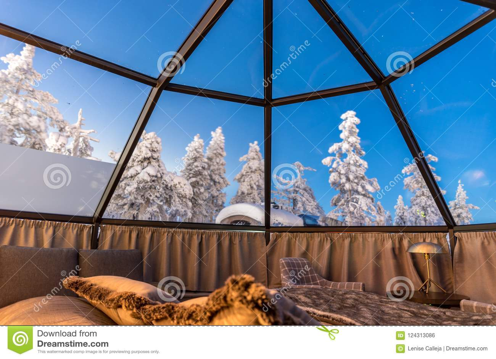 Παγοκαλύβα γυαλιού στο Lapland κοντά στη Sirkka, Φινλανδία