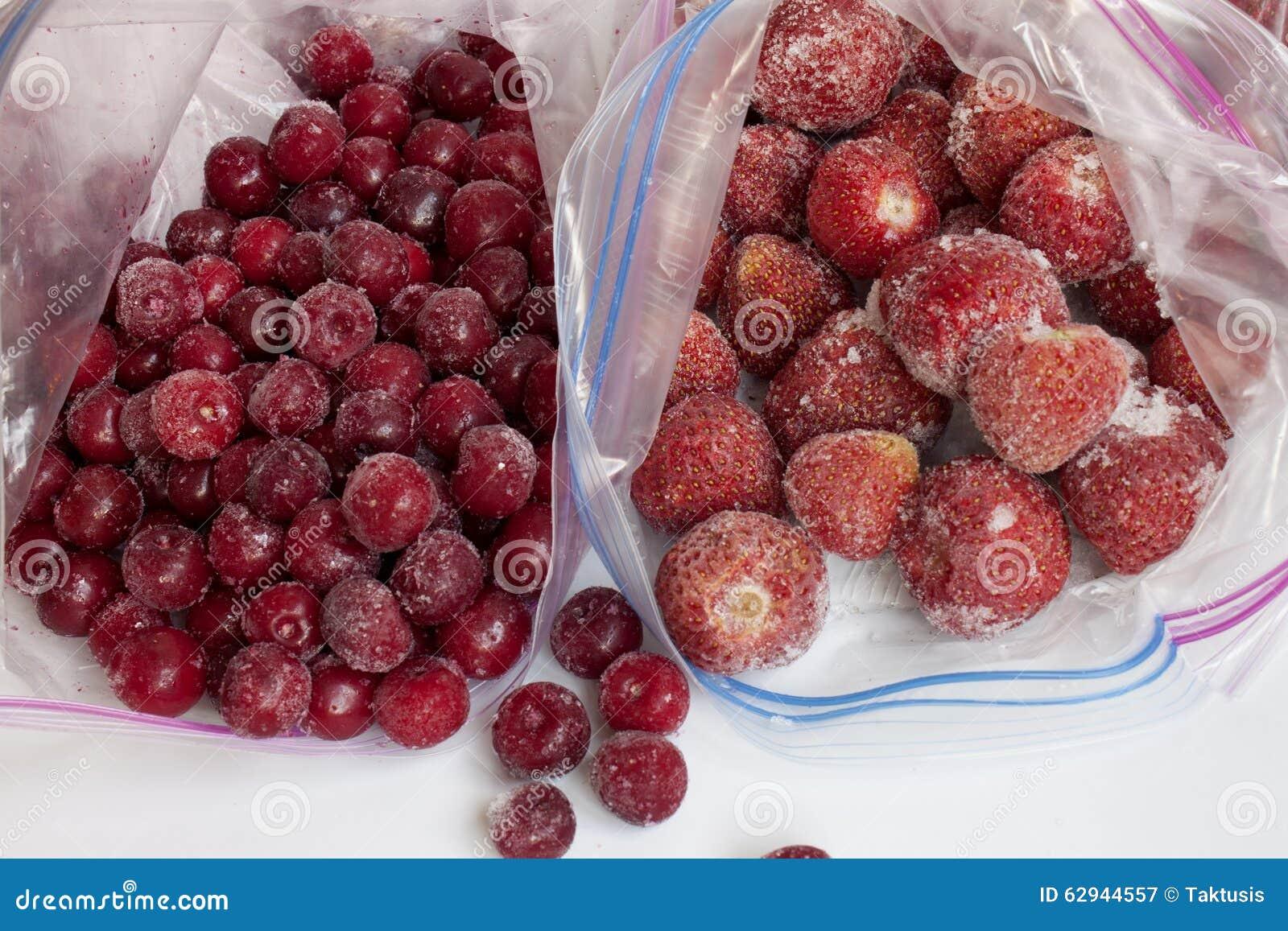 26768166fea Παγωμένα φράουλα και κεράσι στις συσκευασίες για το πάγωμα Στοκ ...