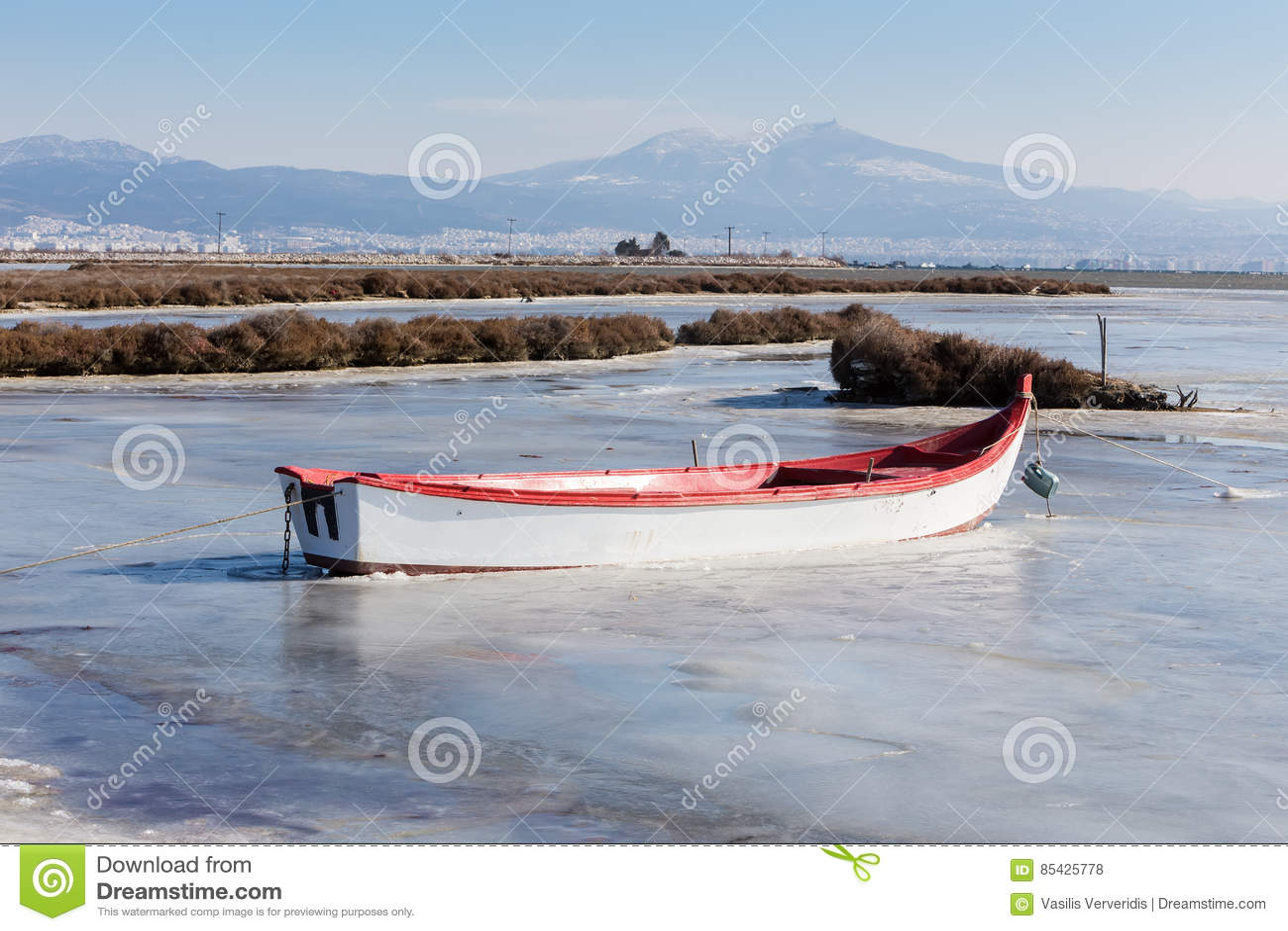 Παγωμένη λιμνοθάλασσα στη βόρεια Ελλάδα