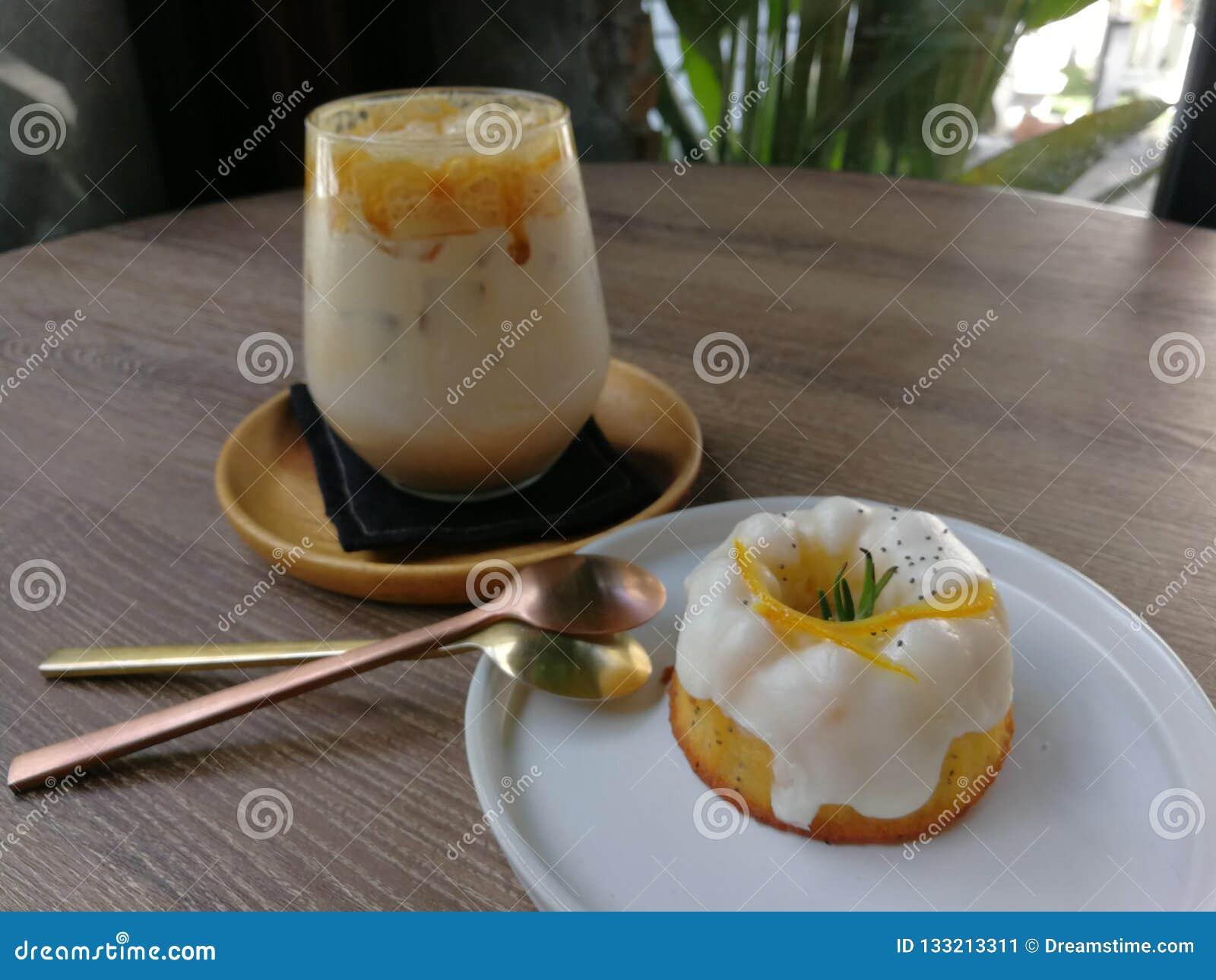 Παγωμένος καφές καραμέλας και πορτοκαλί κέικ γιαουρτιού