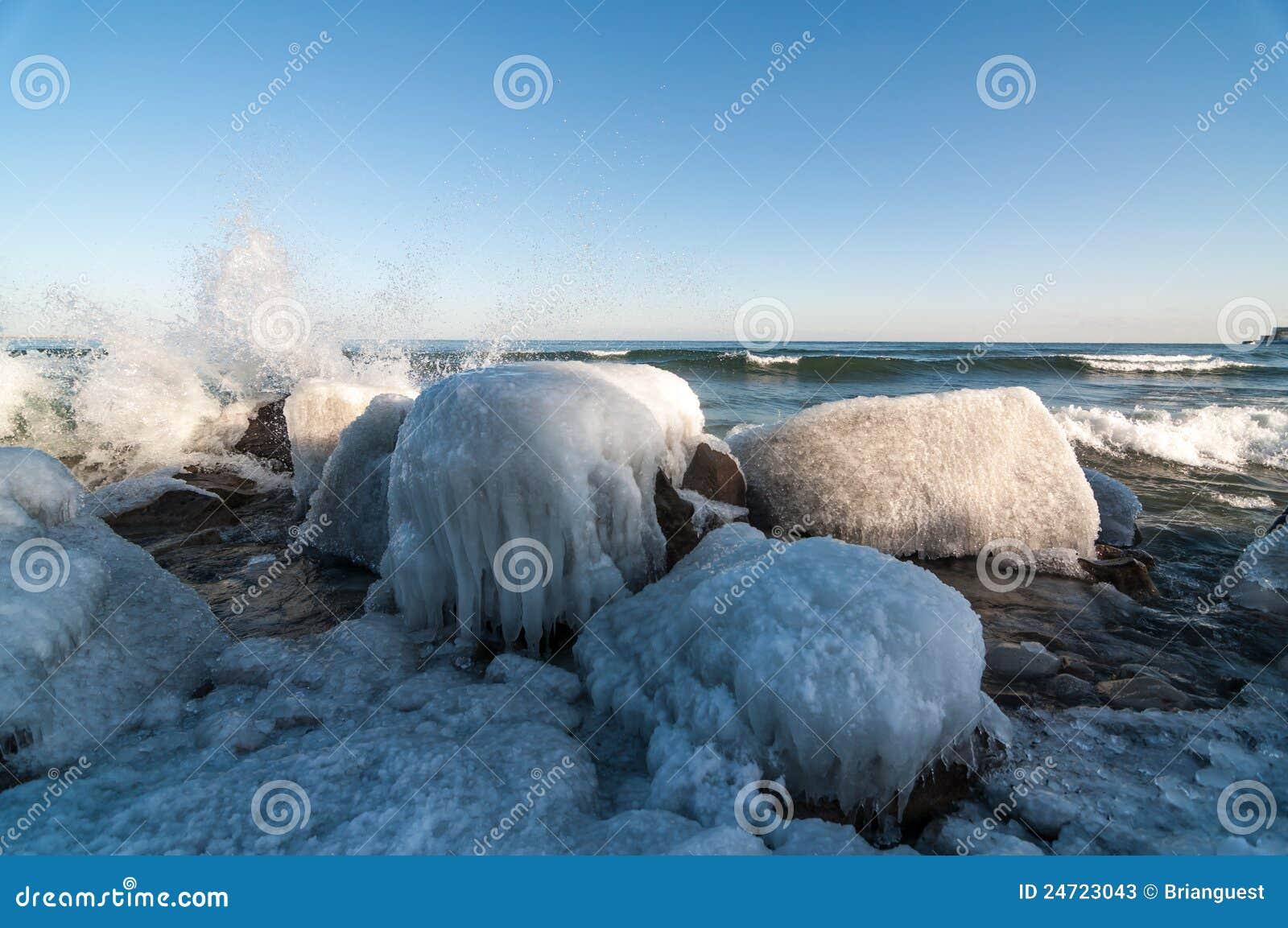 παγωμένος χειμώνας βράχων λιμνών