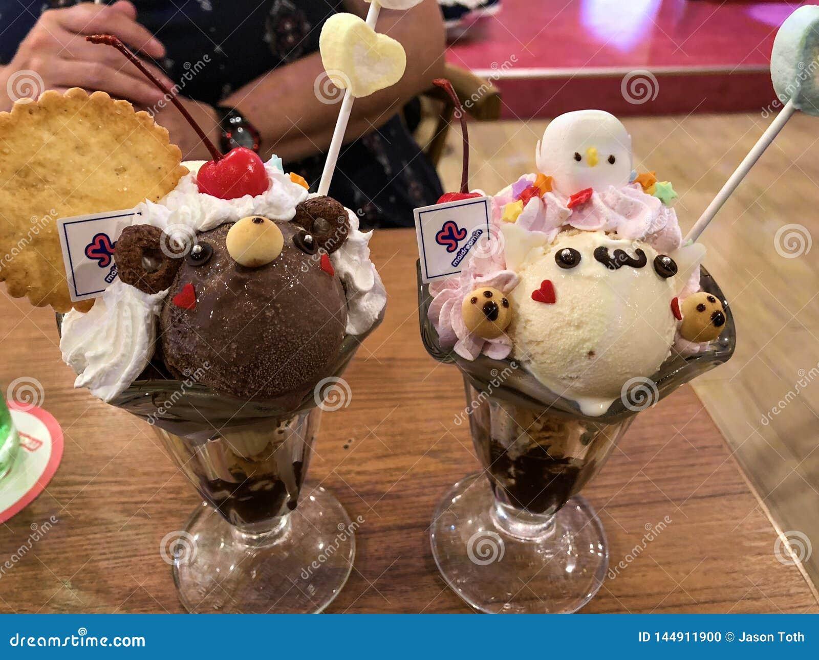 Παγωτό για έναν καφέ κοριτσιών στο Τόκιο
