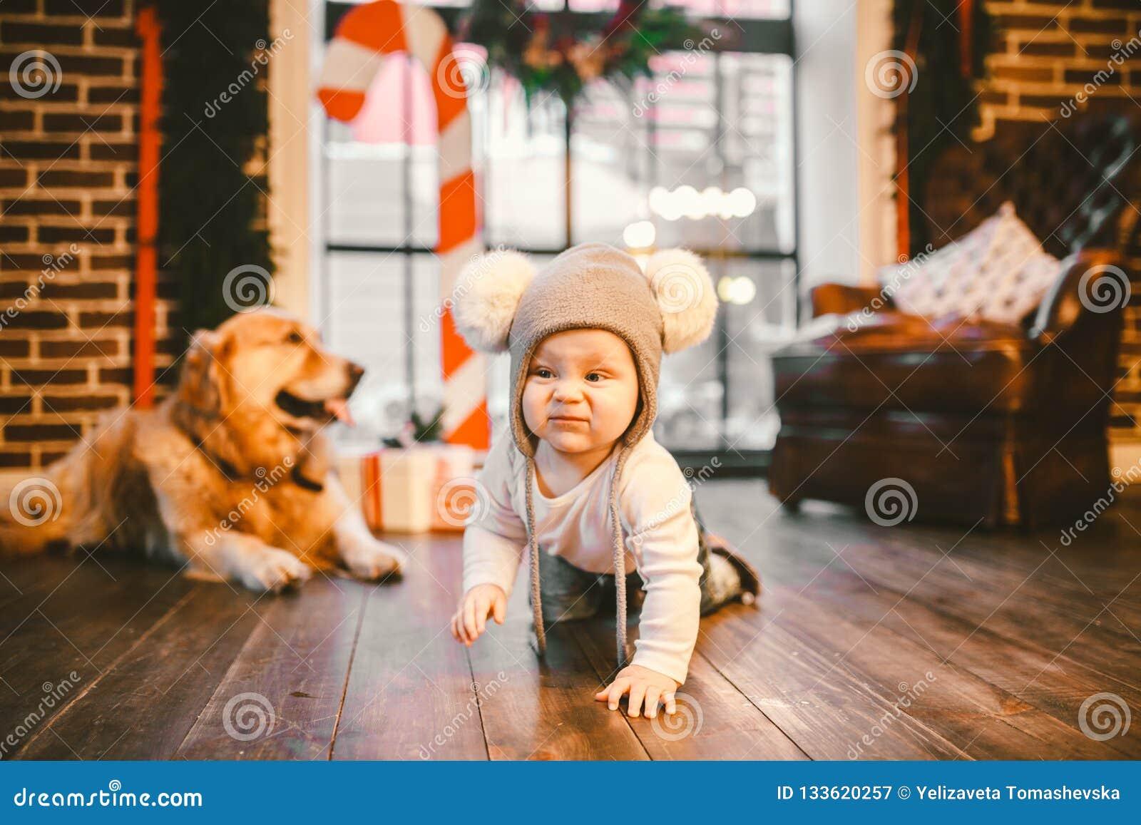 Παιδί ατόμων φιλίας και κατοικίδιο ζώο σκυλιών Θέματος χειμερινές διακοπές έτους Χριστουγέννων νέες Το αγοράκι που σέρνεται μαθαί