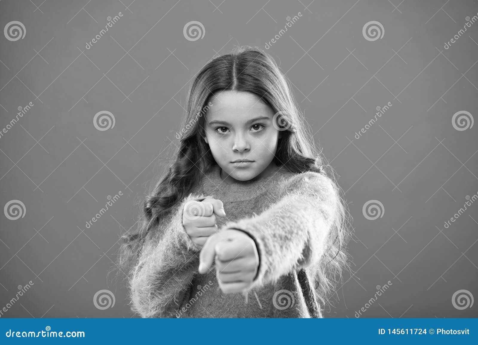 Παιδί κοριτσιών χαριτωμένο αλλά ισχυρό Μόνος - υπεράσπιση για τα παιδιά Υπερασπίστε την αθωότητα Πώς διδάξτε τα παιδιά για να υπε
