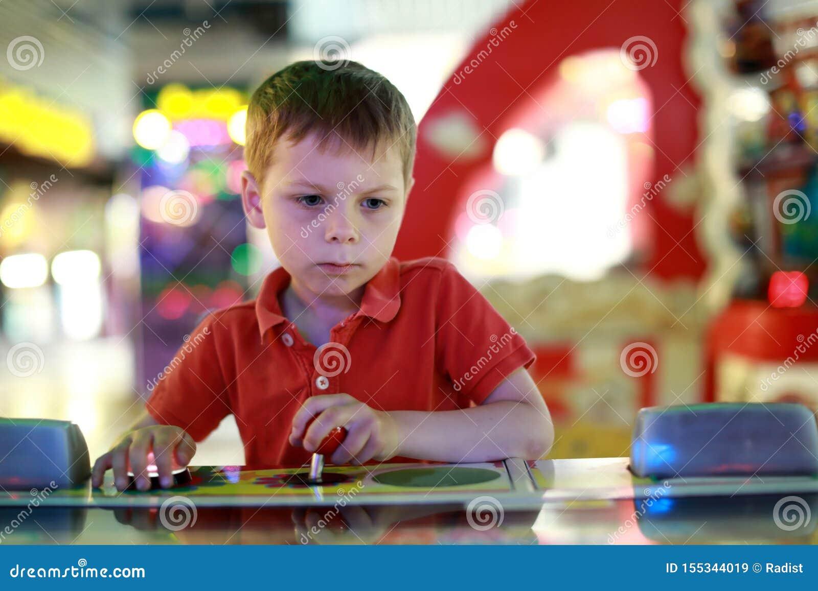 Παιδί που έχει τη διασκέδαση στο κέντρο διασκέδασης