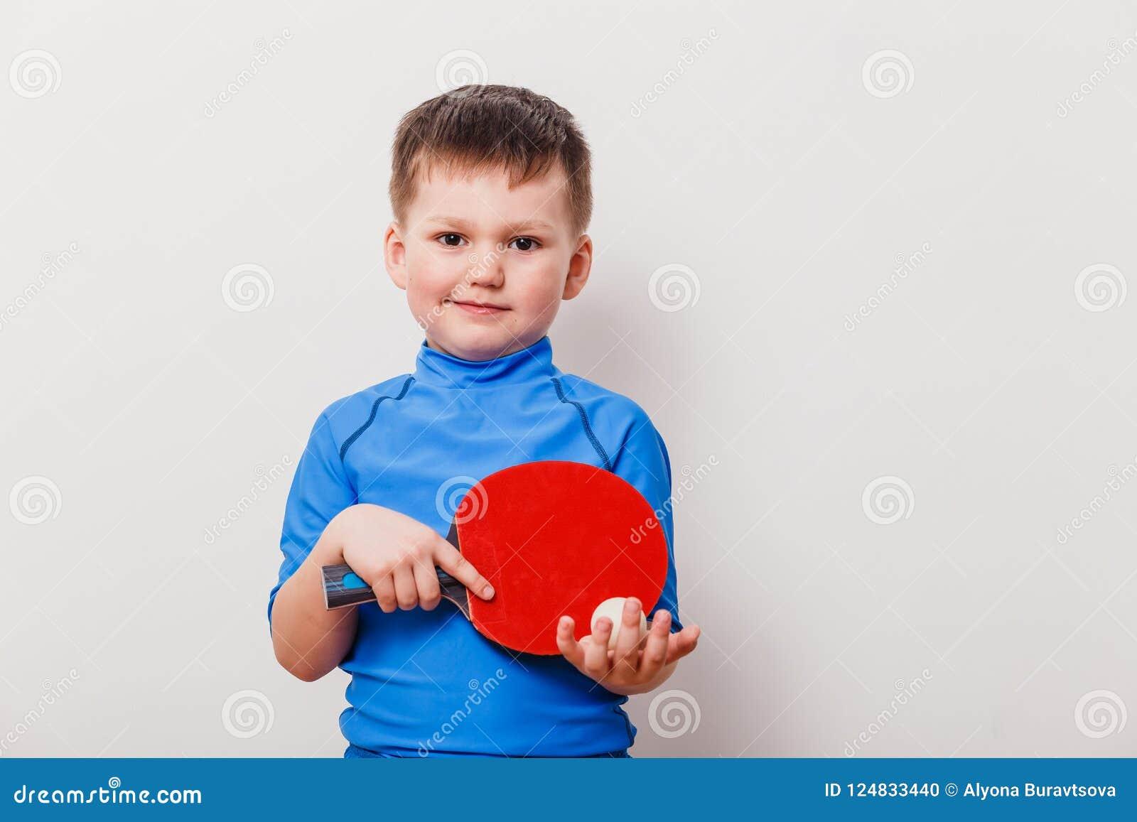 Παιδί που κρατά μια ρακέτα αντισφαίρισης