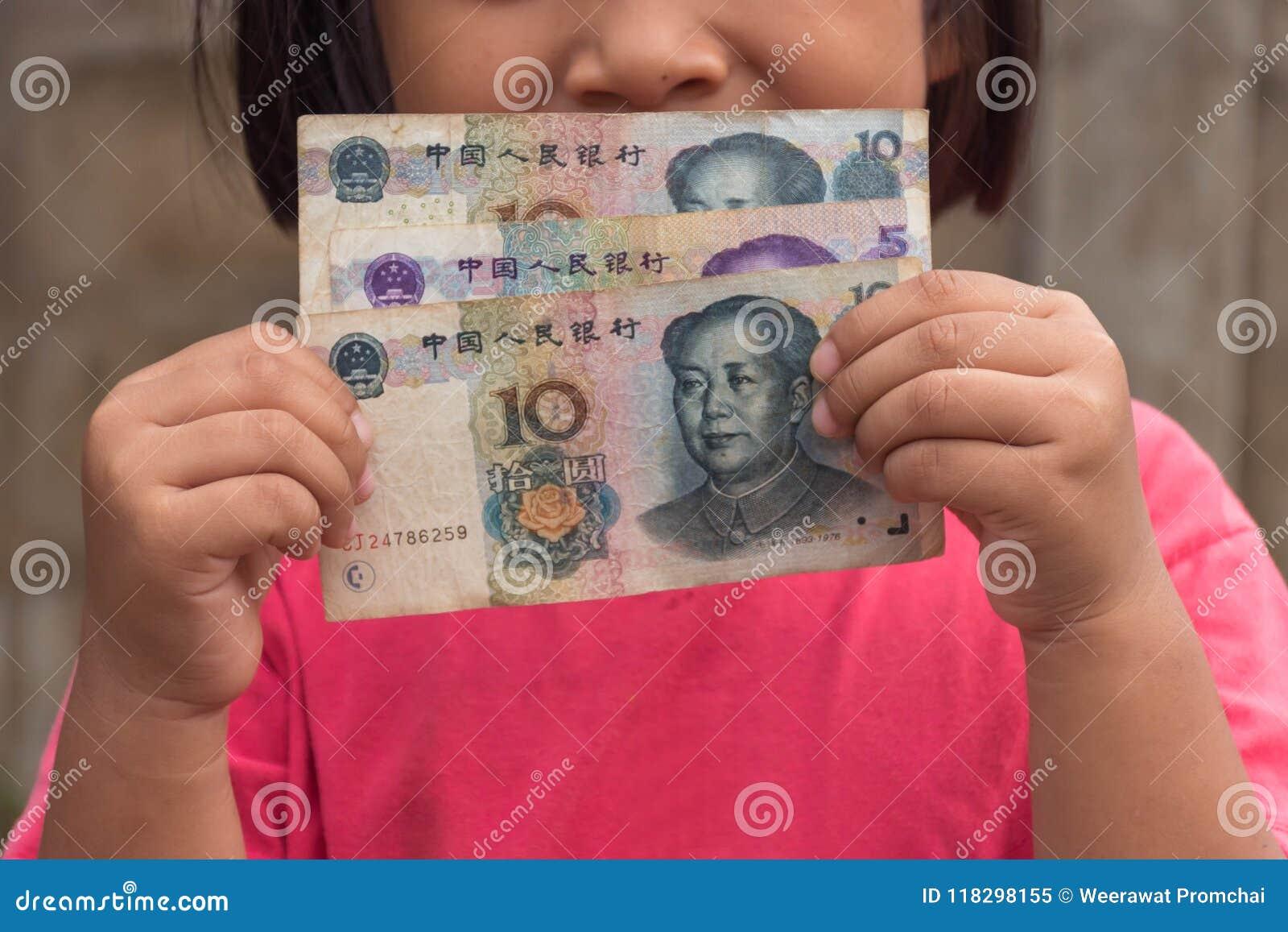 Παιδί που κρατά τα κινεζικά χρήματα