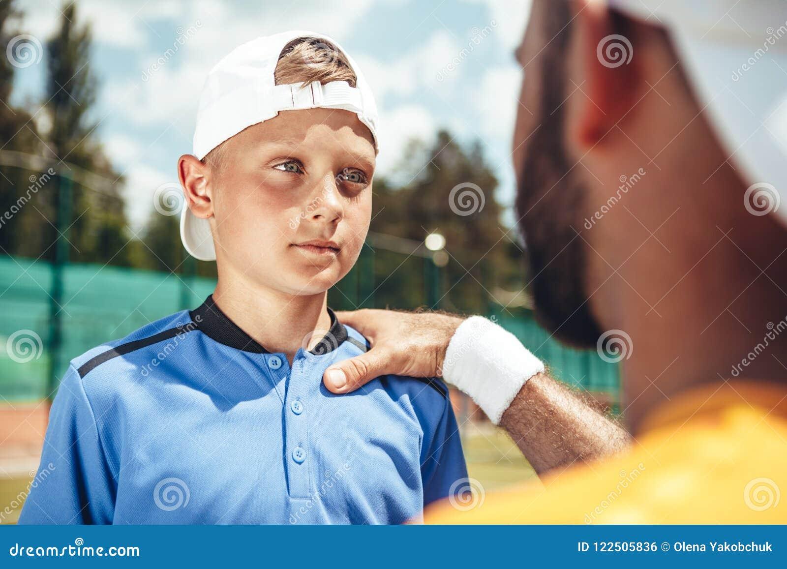 Παιδί που μιλά με το λεωφορείο