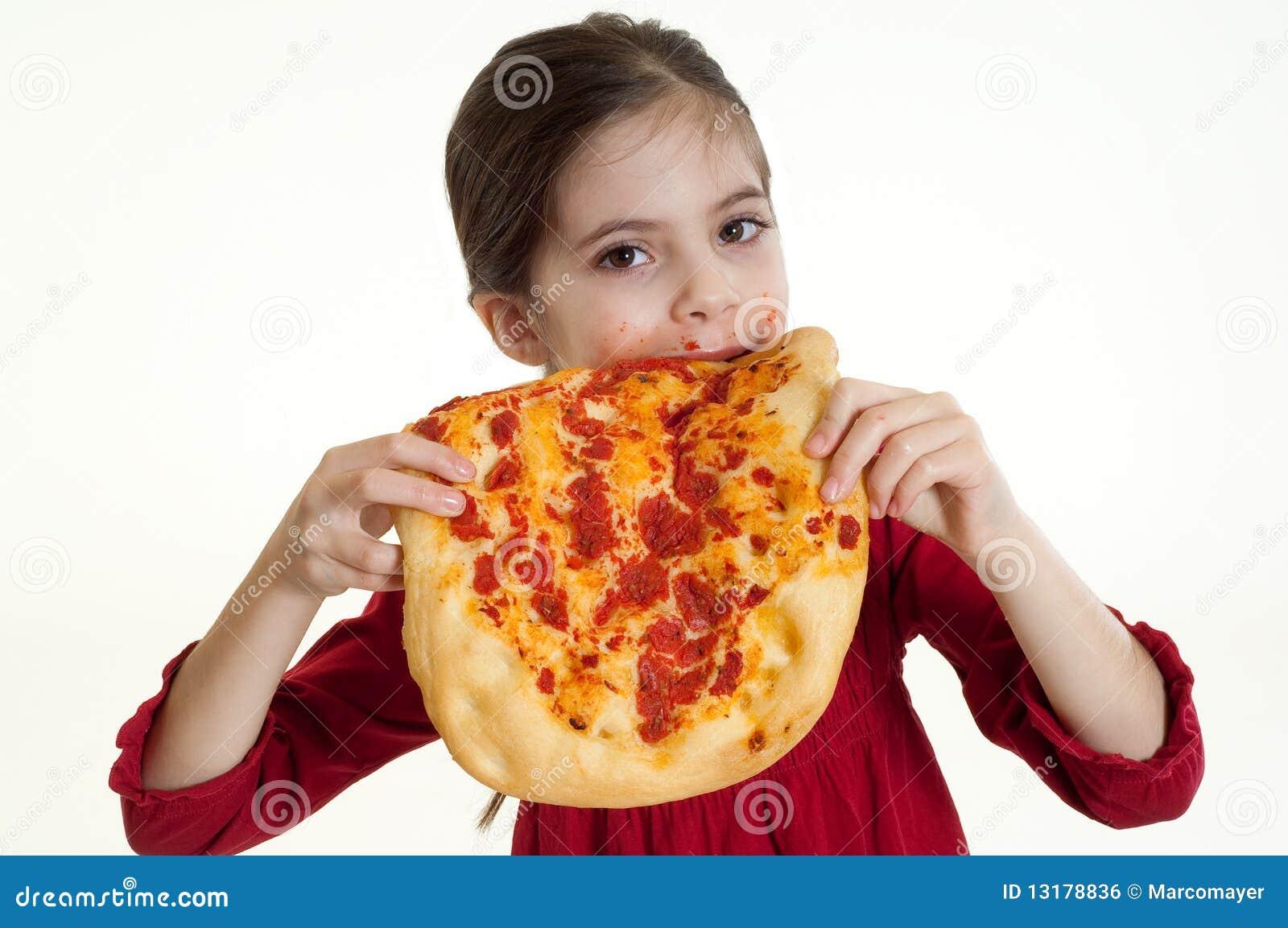 παιδί που τρώει την πίτσα