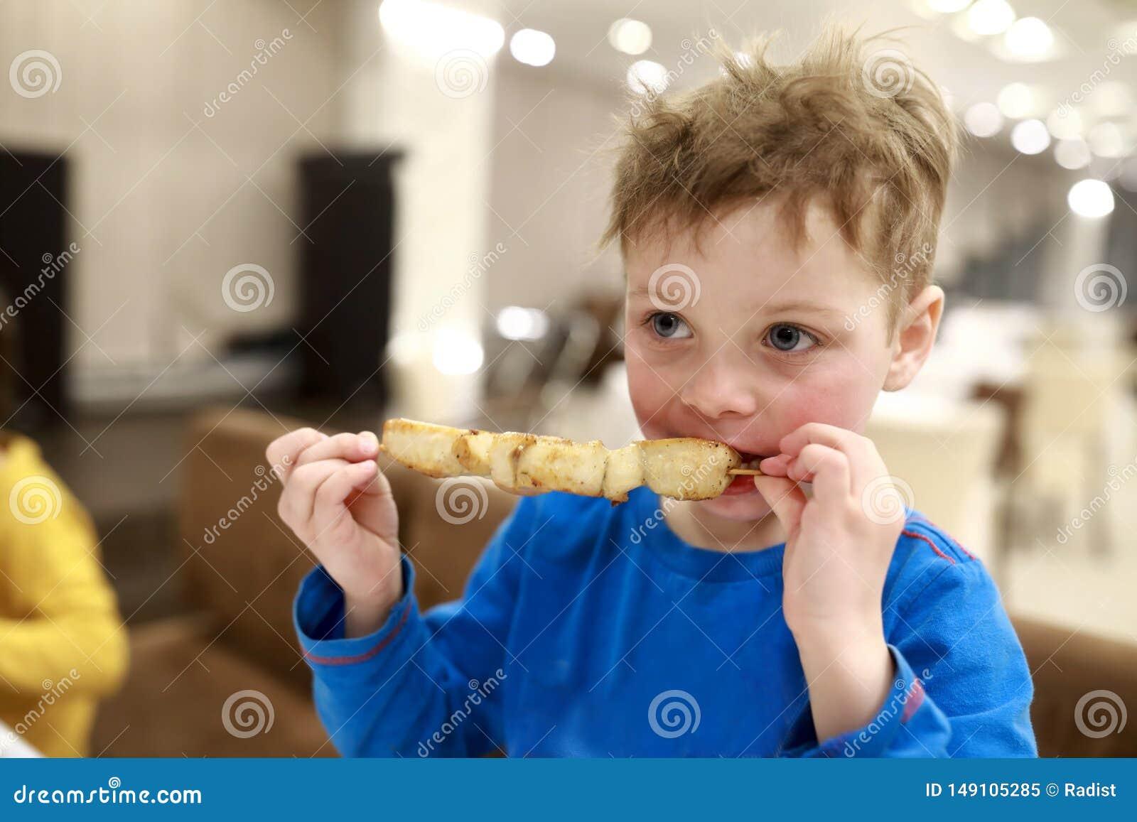 Παιδί που τρώει kebab