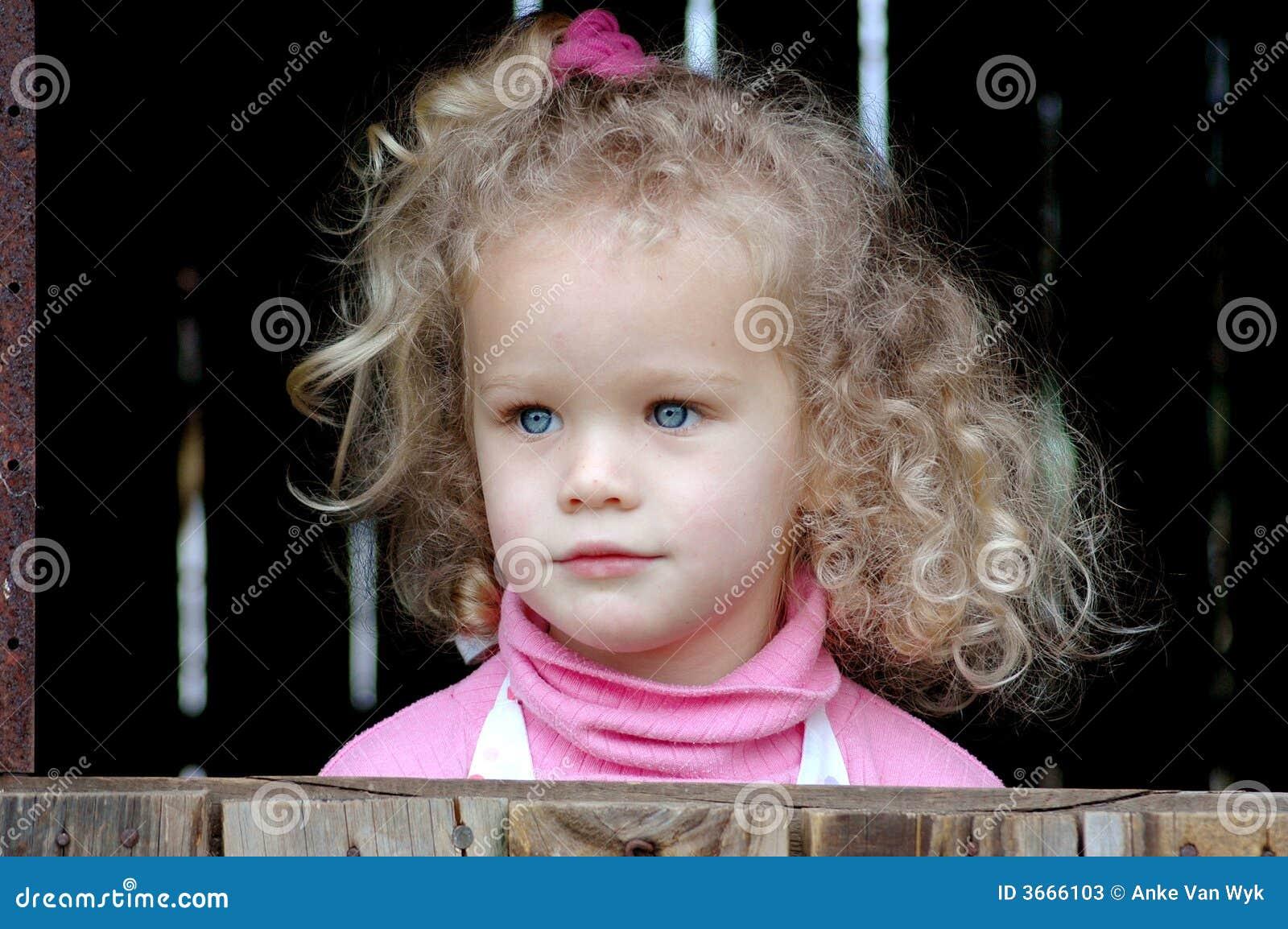 παιδί που φαίνεται έξω παρά&theta