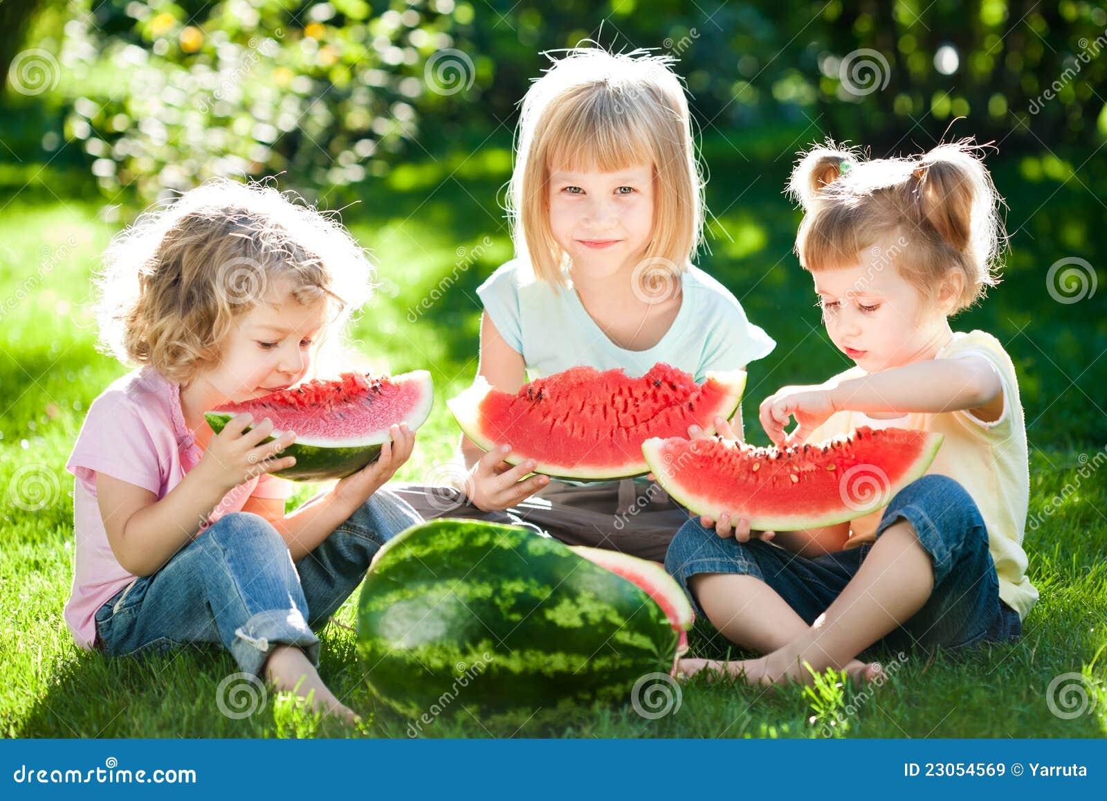 παιδιά που έχουν picnic