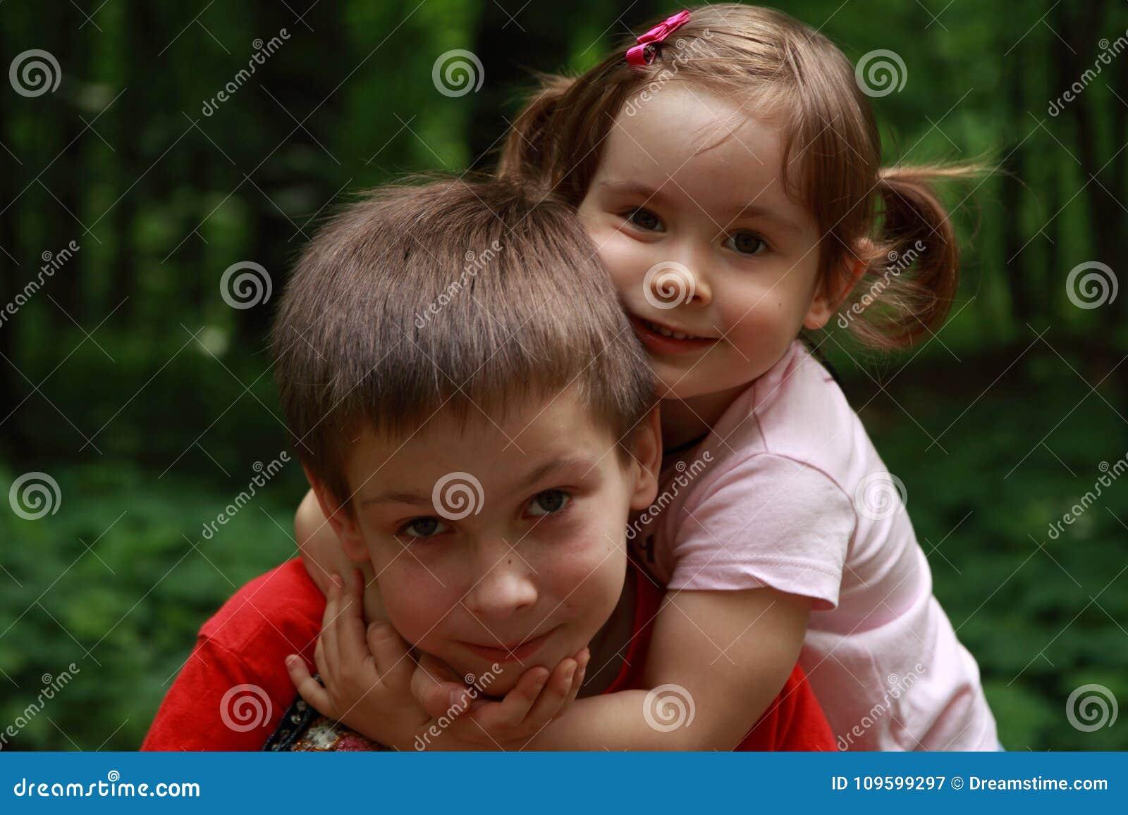 Παιδιά που αγκαλιάζουν το ένα το άλλο