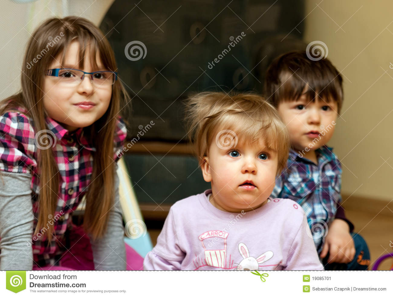 παιδιά που κάθονται από κ&omicron
