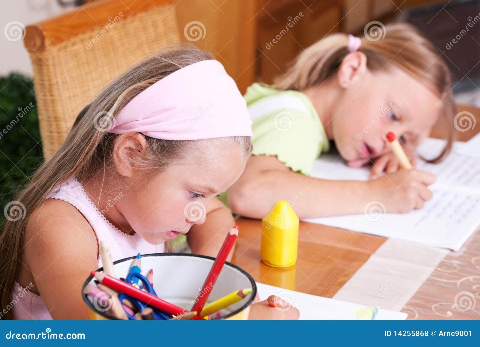 παιδιά που κάνουν το σχο&lam