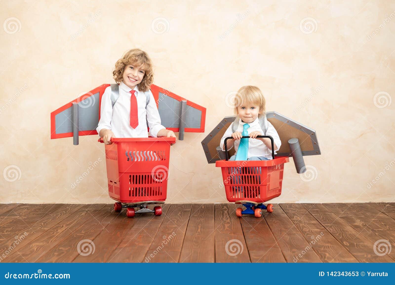 Παιδιά που παίζουν με το αεριωθούμενο πακέτο στο σπίτι