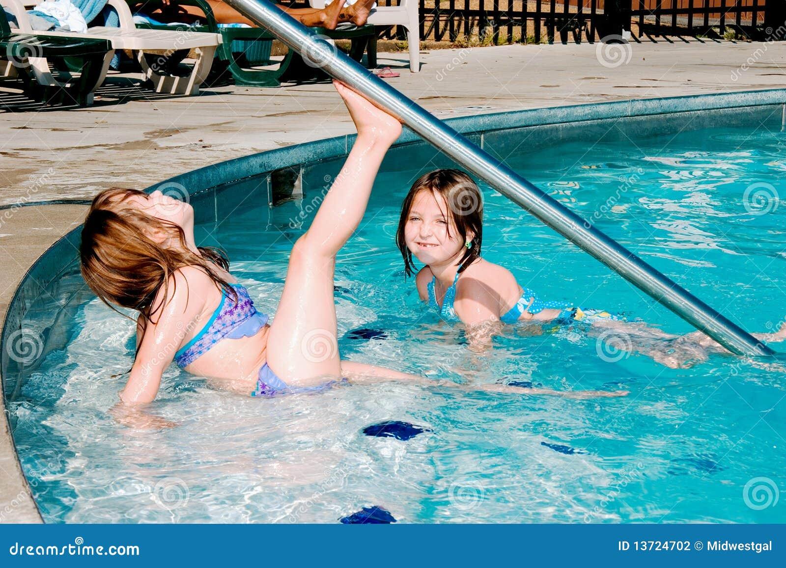 παιδιά που παίζουν τη λίμνη