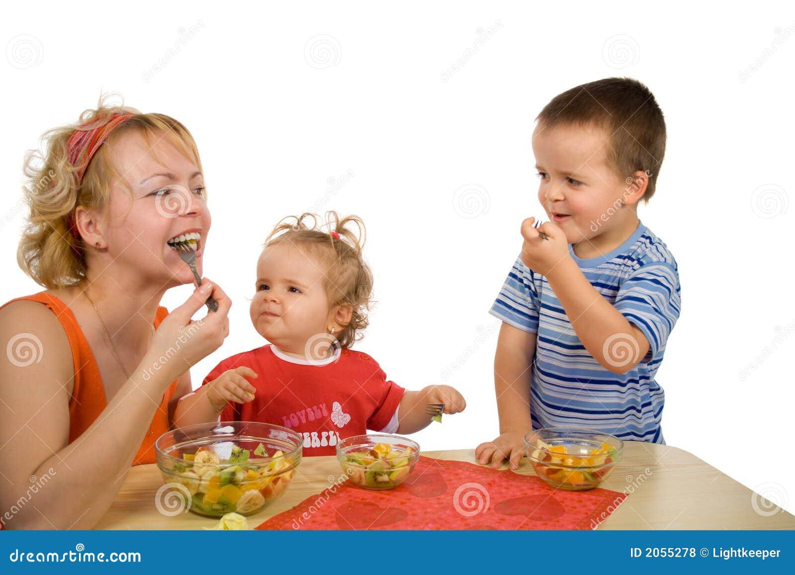 παιδιά που τρώνε τη σαλάτα μ