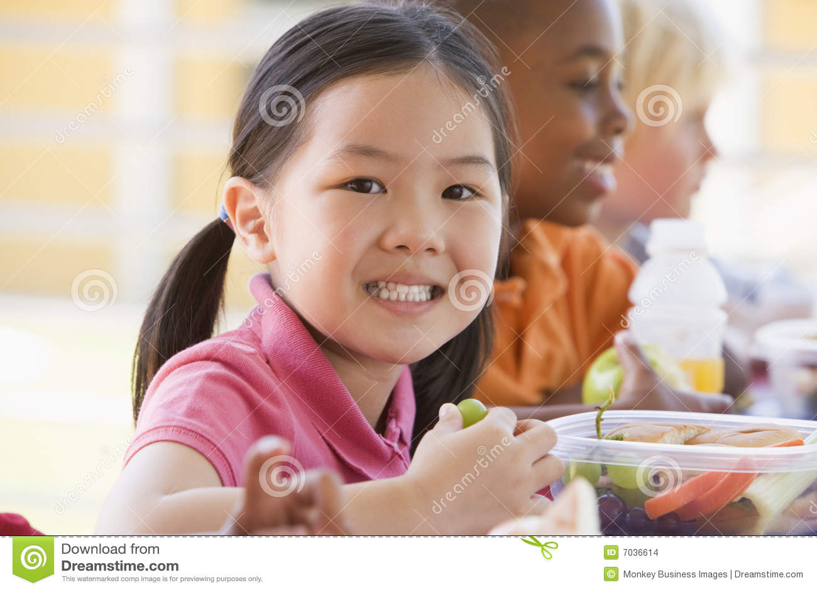 παιδιά που τρώνε το μεσημ&epsil