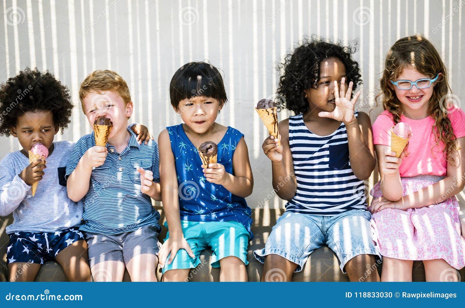 Παιδιά που τρώνε το παγωτό το καλοκαίρι